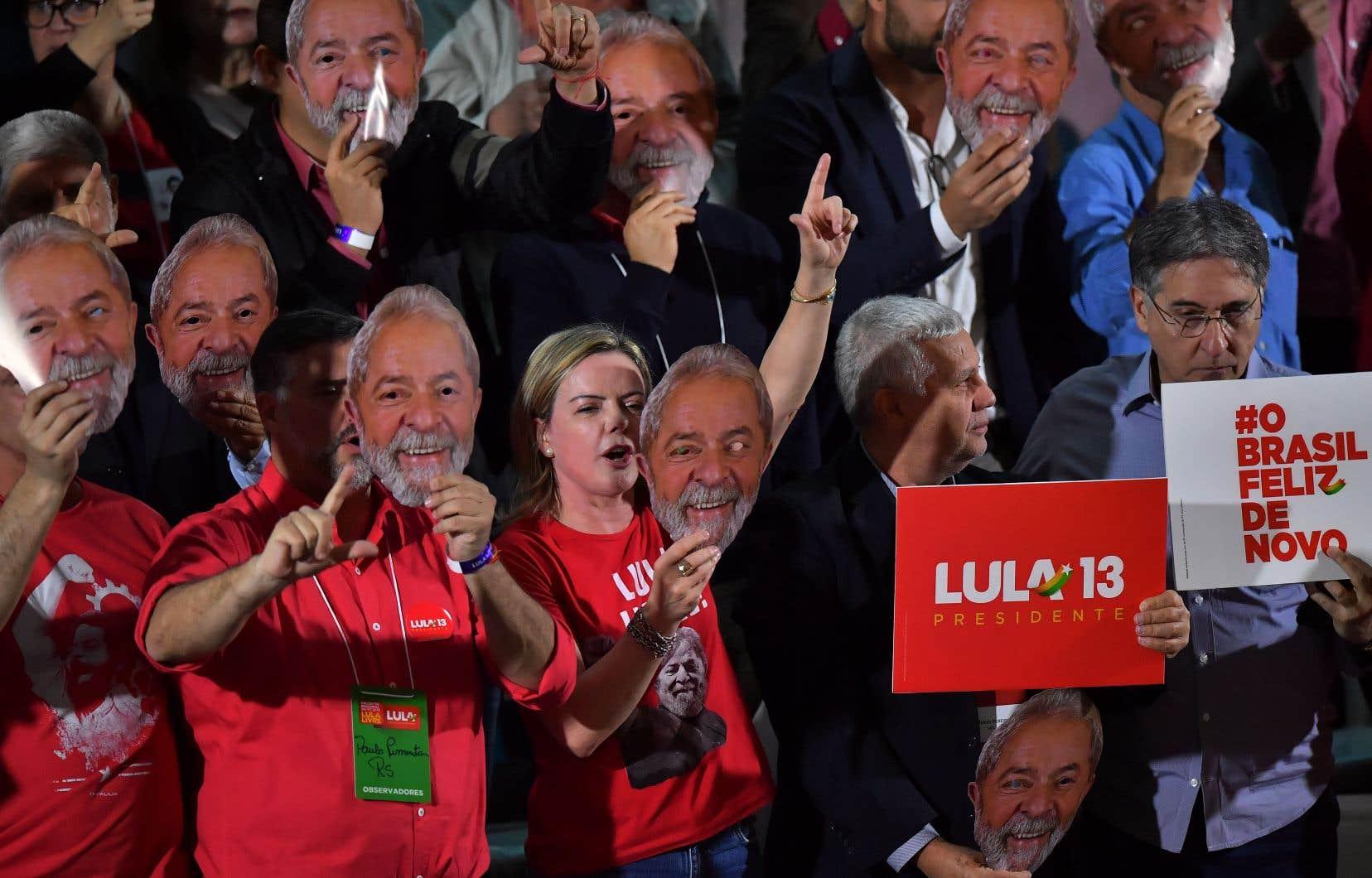 La sénatrice brésilienne et présidente du Parti des travailleurs (PT), Gleisi Hoffmann (centre), tient un masque représentant l'ancien président brésilien Luiz Inacio Lula da Silva, lors du congrès national du PT, à Sao Paulo.