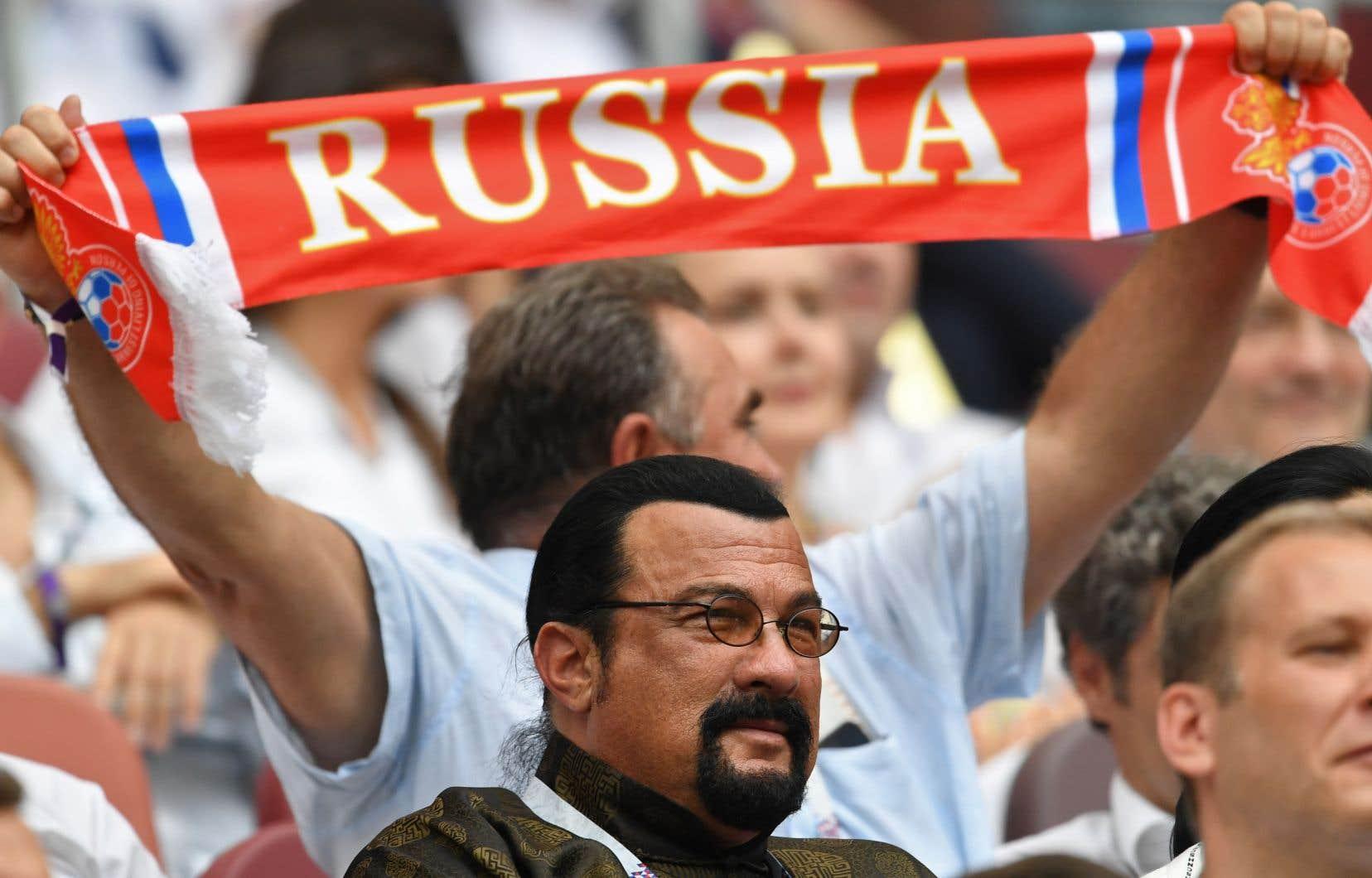Ancienne vedette du cinéma d'action hollywoodien et grand spécialiste d'aïkido, Steven Seagal, s'est vu accorder la nationalité russe par le président Vladimir Poutine en novembre 2016.