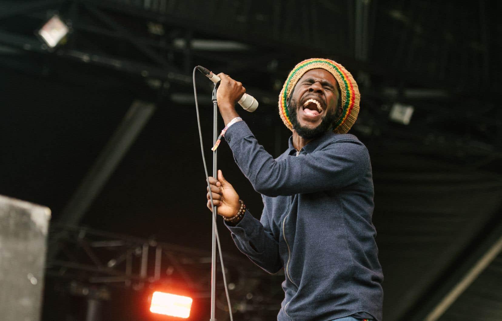 Chronixx, le porte-étendard du «reggae revival», a à lui seul séché la pelouse artificielle entre les deux scènes principales samedi après-midi.