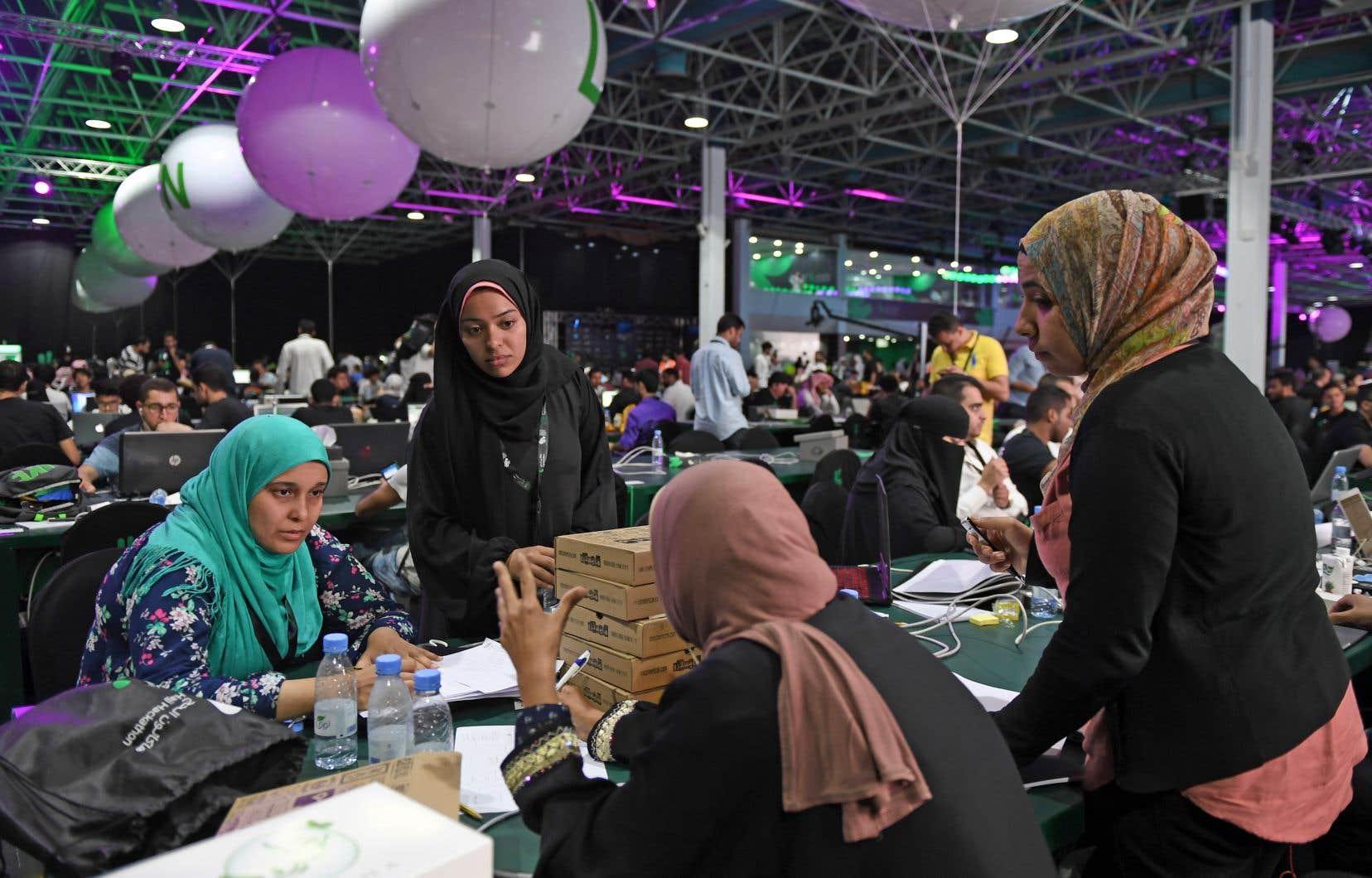 Près de 3000 programmeurs, dont des femmes, trouvent des façons de rendre le pèlerinage de La Mecque plus sécuritaire. En 2015, quelque 2300 fidèles y ont perdu la vie.