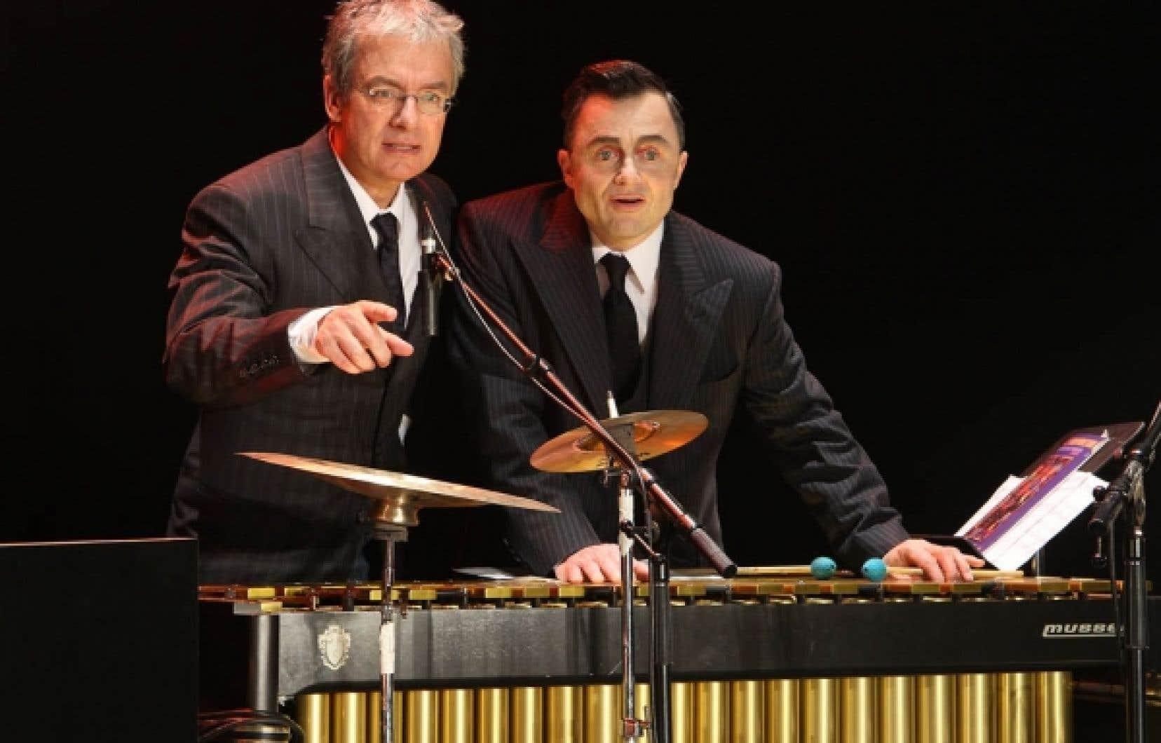 Carl Béchard et Marc Béland dans le décor de Et Vian! dans la gueule, au TNM