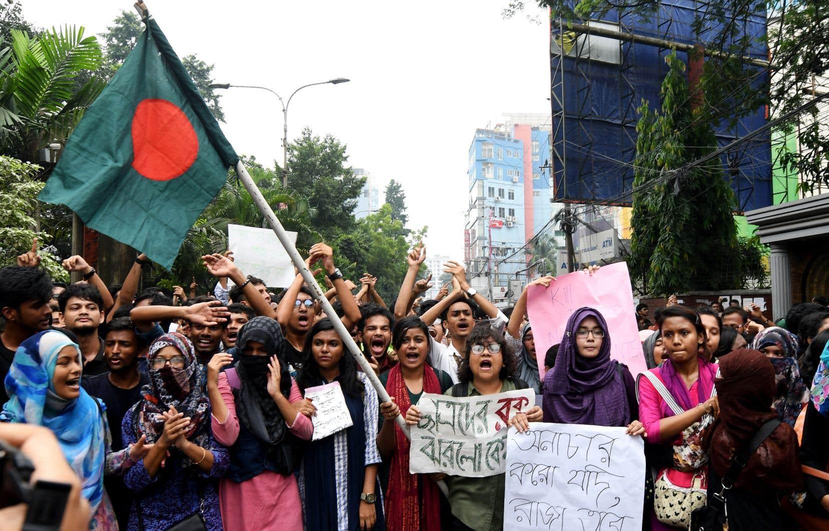 À Dacca, des heurts ont opposé lundi des centaines d'étudiants à la police, qui a utilisé des gaz lacrymogènes pour les disperser.