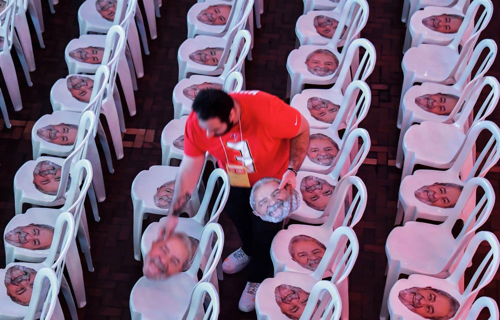 Un homme distribuant des masques à l'effigie de Lula avant le début de la convention nationale du Parti des travailleurs du Brésil, le 4 août dernier