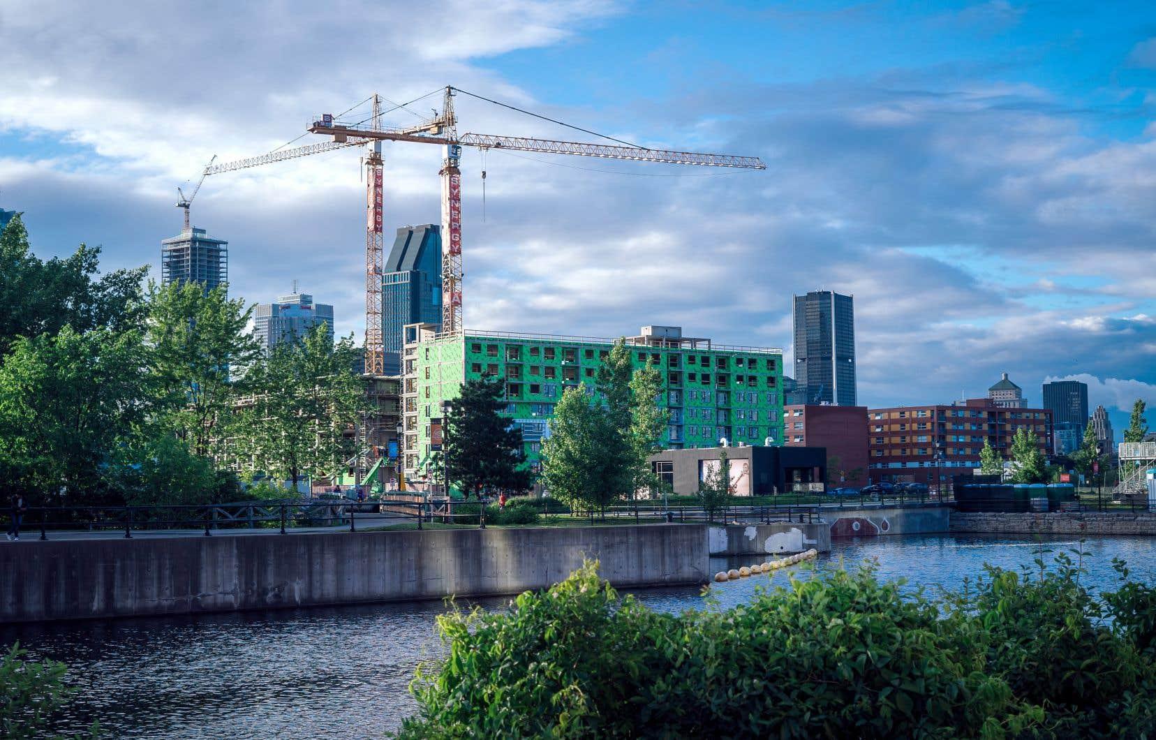 Construction de condos au bord du canal de Lachine.