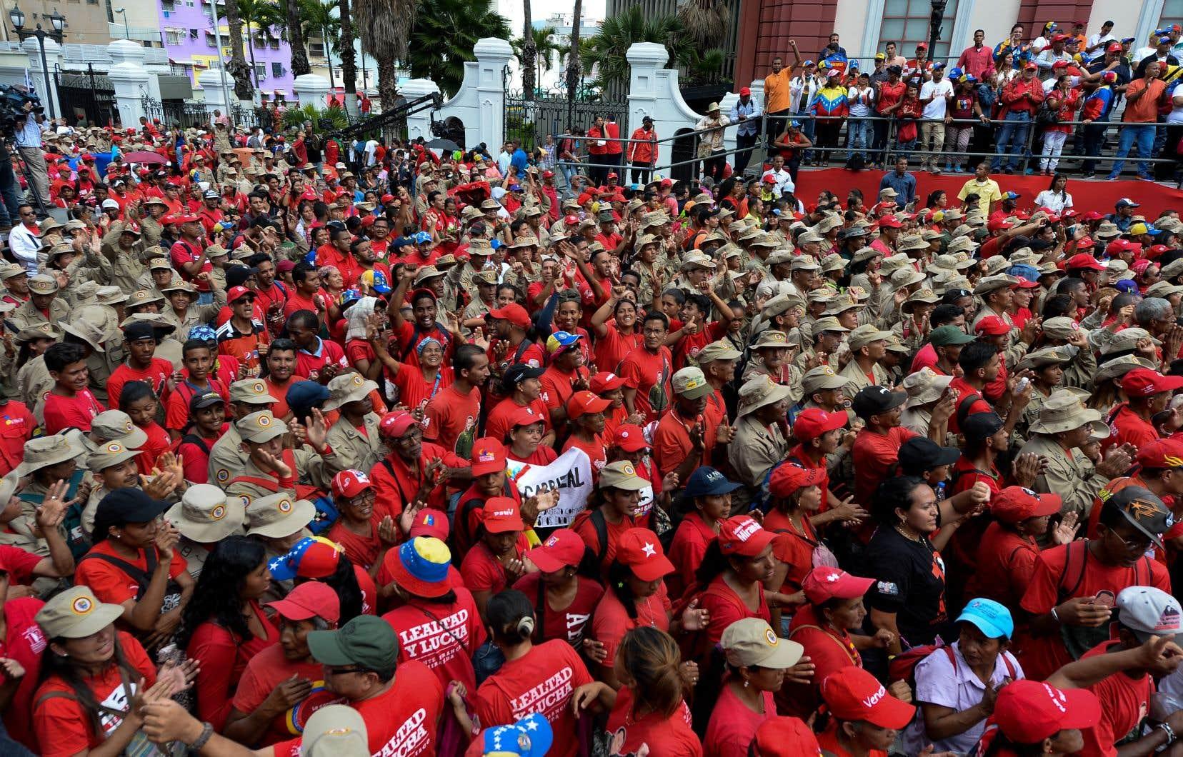 Une marée rouge de partisans du gouvernement avec des portraits du chef de l'État a défilé lundi en fin de journée jusqu'au palais présidentiel de Miraflores.