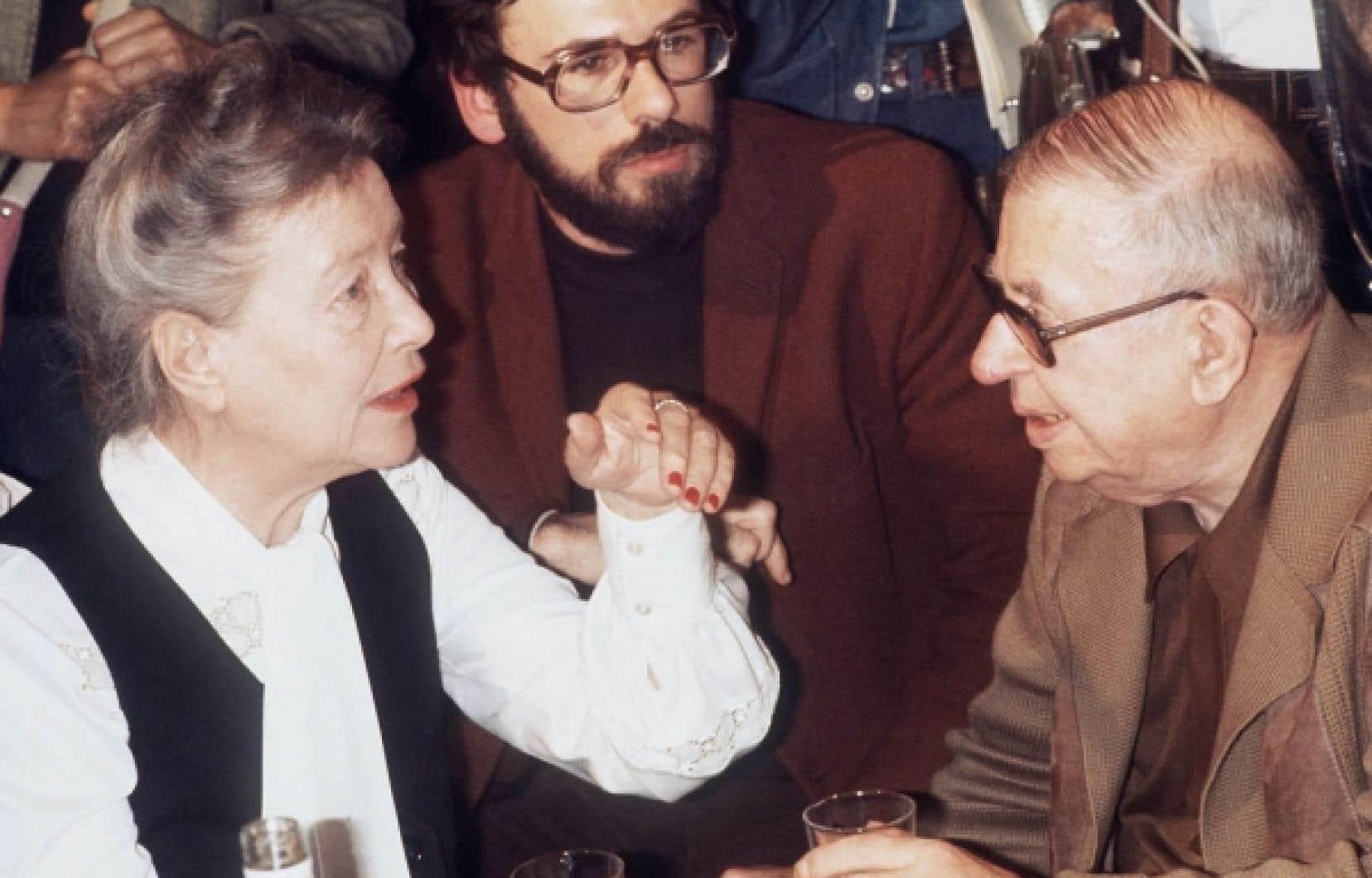 Simone de Beauvoir et Jean-Paul Sartre dis-cutent au cours d'une réunion organisée en fa-veur des dissidents soviétiques, le 21 juin 1977, au théâtre Récamier à Paris.