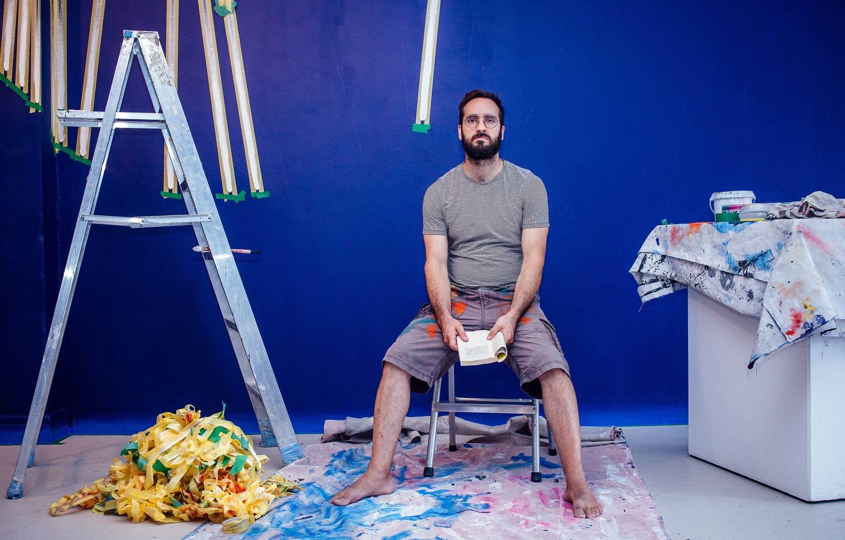 Simon Bertrand a commencé par peindre les murs de la galerie d'un bleu profond.