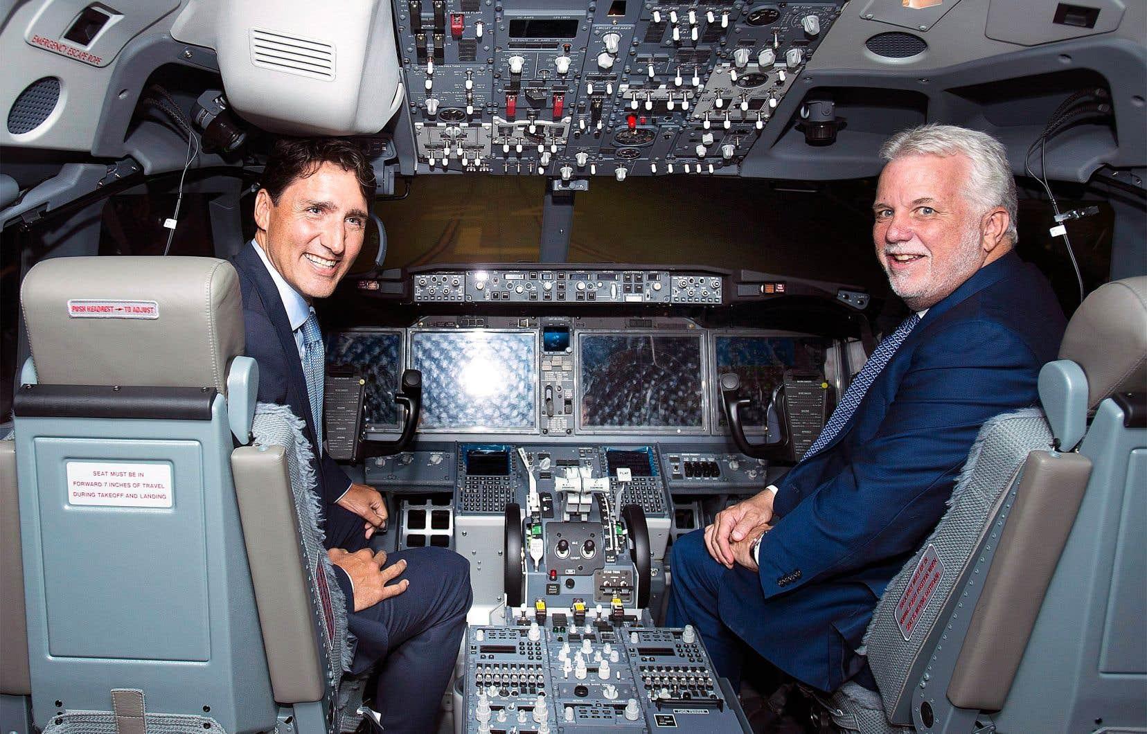 Les premiers ministres Justin Trudeau et Philippe Couillard ont visité un simulateur de vol de CAE, mercredi.