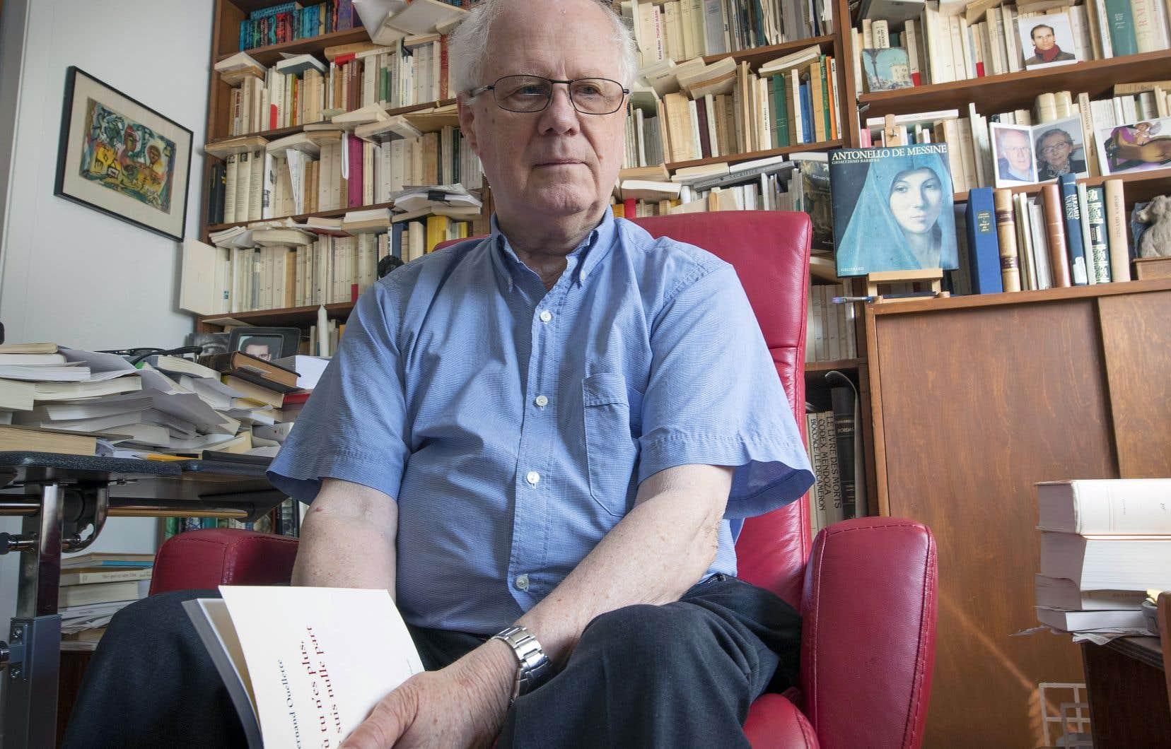 Dans sa maison de Laval, où il a emménagé dans les années 1960, Fernand Ouellette vit entouré des souvenirs glanés au fil d'une vie bien remplie: livres, œuvres d'art de grands maîtres, correspondances avec certains des enfants terribles de la littérature.