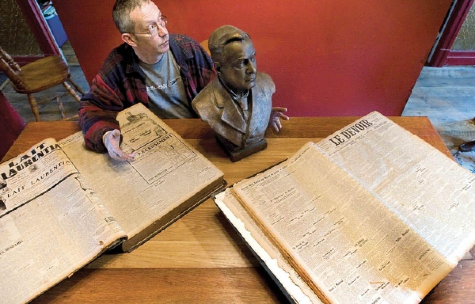 François Saint-Louis possède chez lui d'immenses reliures qui renferment toutes les parutions du Devoir de 1910 et de 1911. Passionné d'histoire et de vieilles choses, il possède un buste de son arrière-arrière-grand-père, Théodore-Alexandre Grothé, sculpté en... 1910.