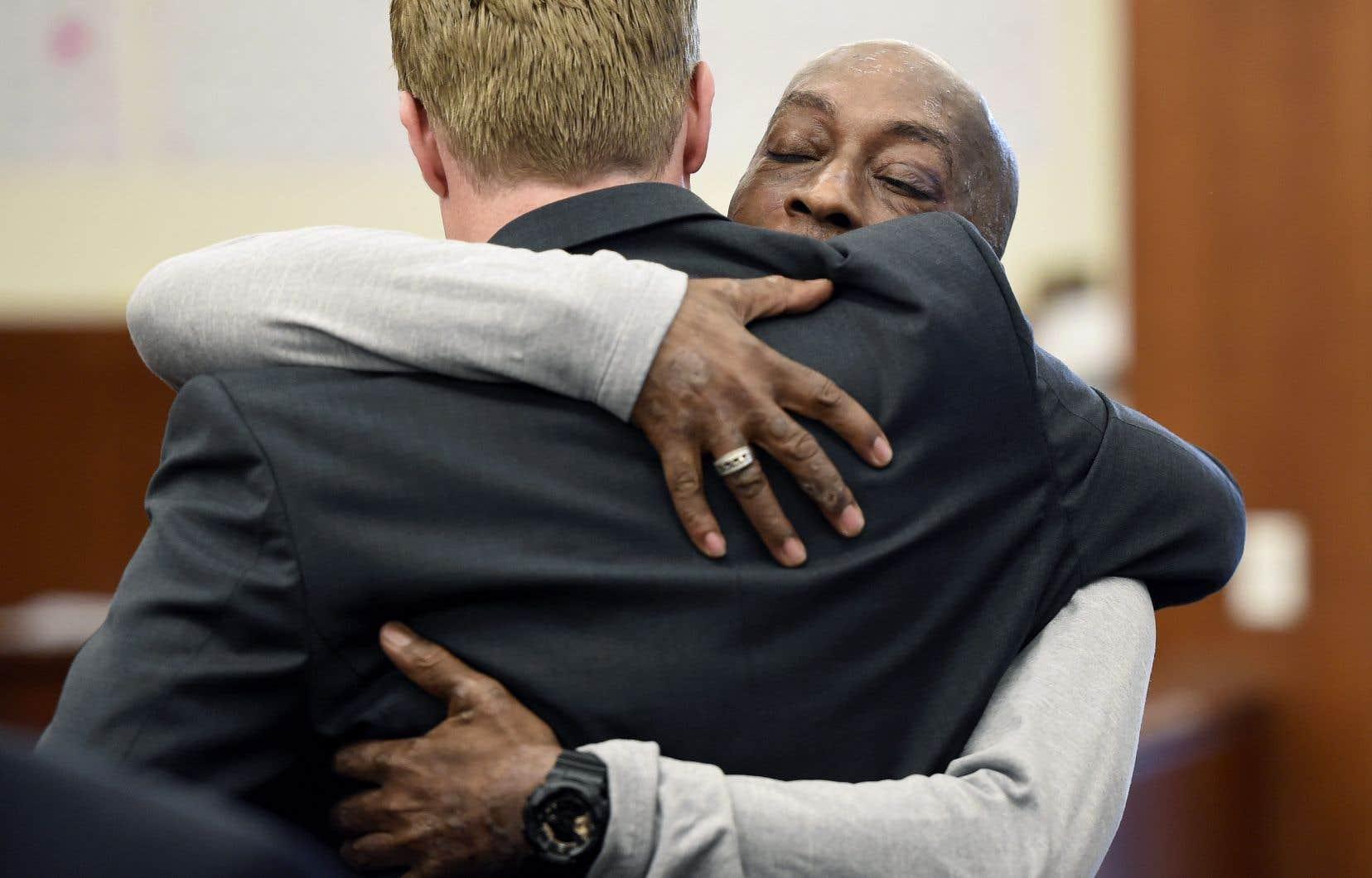 Le plaignant Dewayne Johnson, face à la caméra, prend dans ses bras un de ses avocats après avoir entendu le verdict prononcé contre Monsanto devant la Cour supérieure de Californie à San Francisco le vendredi 10 août 2018.