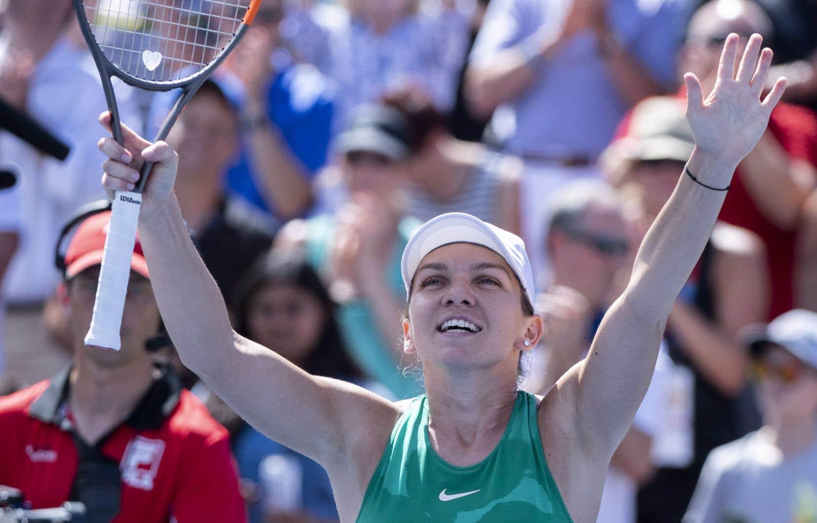 La Roumaine Simona Halep célèbre sa victoire contre l'Australienne Ashleigh Barty lors des demi-finales du tournoi de tennis de la Coupe Rogers, le samedi 11 août 2018 à Montréal.
