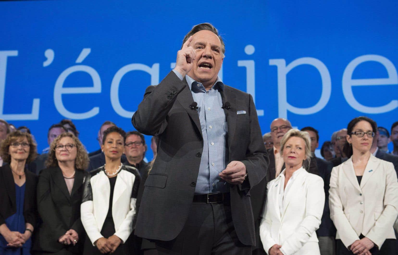 François Legault s'affairera à convaincre les électeurs de mettre en veilleuse le projet éolien d'Apuiatlors d'un court séjour sur la Côte-Nord lundi.