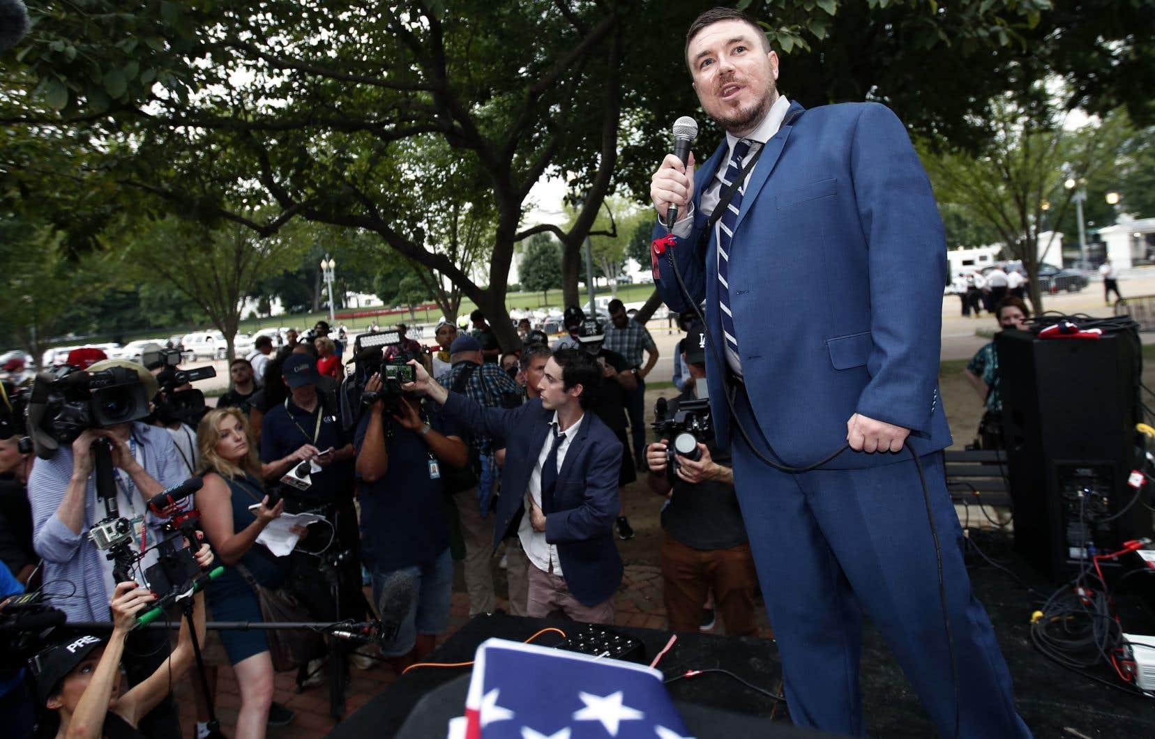 L'organisateur de l'événement, Jason Kessler, s'adresse aux médias et à une vingtaine de sympathisants de la droite nationaliste.