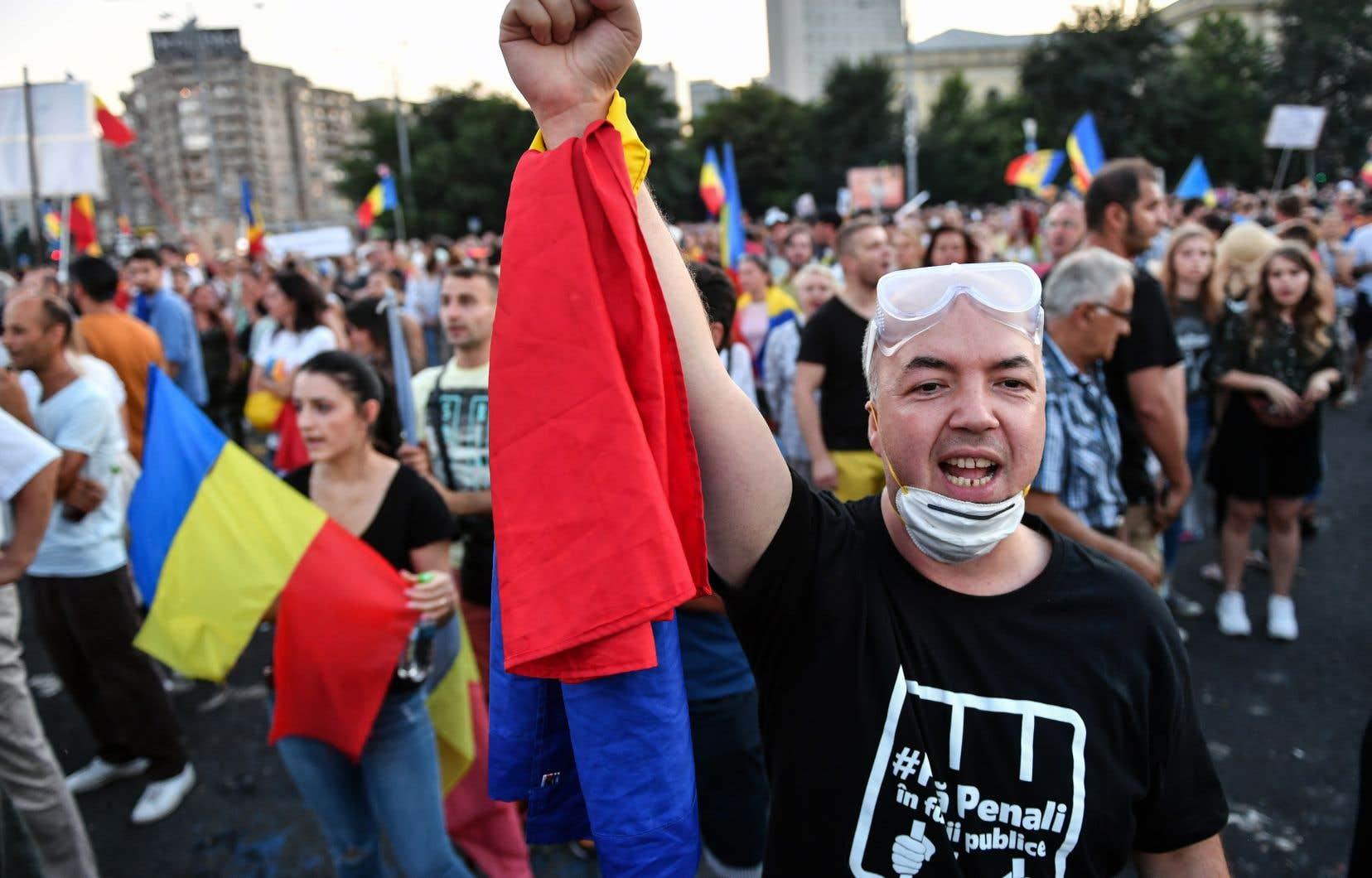 Pour une troisième soirée de suite, des milliers de Roumains sont descendus dans la rue à Bucarest dimanche.