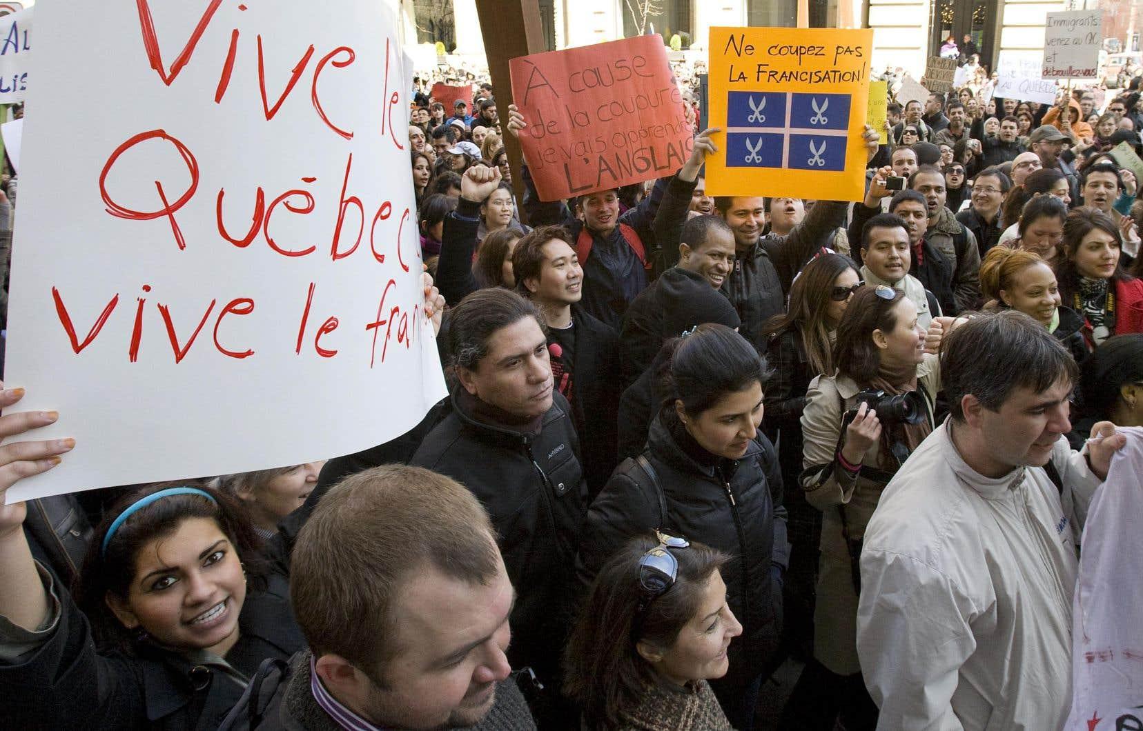 Manifestation, en 1990, contre l'abolition de 31 classes de francisation destinées aux immigrants. Aujourd'hui, le programme d'accueil des immigrants-entrepreneurs n'est assujetti à aucune exigence de connaissance du français.