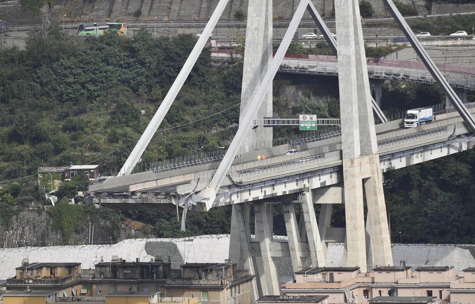 Une section d'environ 80 mètres du pont Morandi, sur une importante autoroute qui relie l'Italie à la France, s'est écroulée dans la ville portuaire de Gênes pendant une violente tempête.