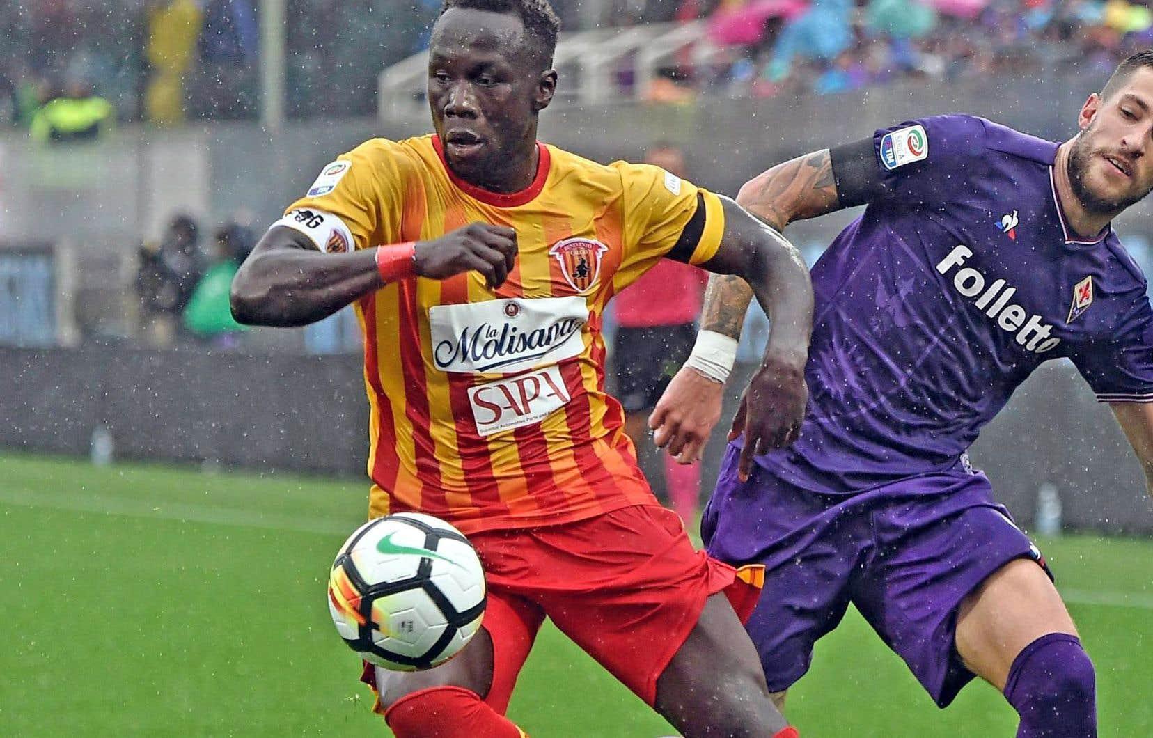 Bacary Sagna, à gauche, a disputé 13 matchs avec le Benevento Calcio en série A italienne la saison dernière. Il est possible qu'il participe à une première rencontre en MLSdès samedi, quand l'Impact accueillera le Fire de Chicago.