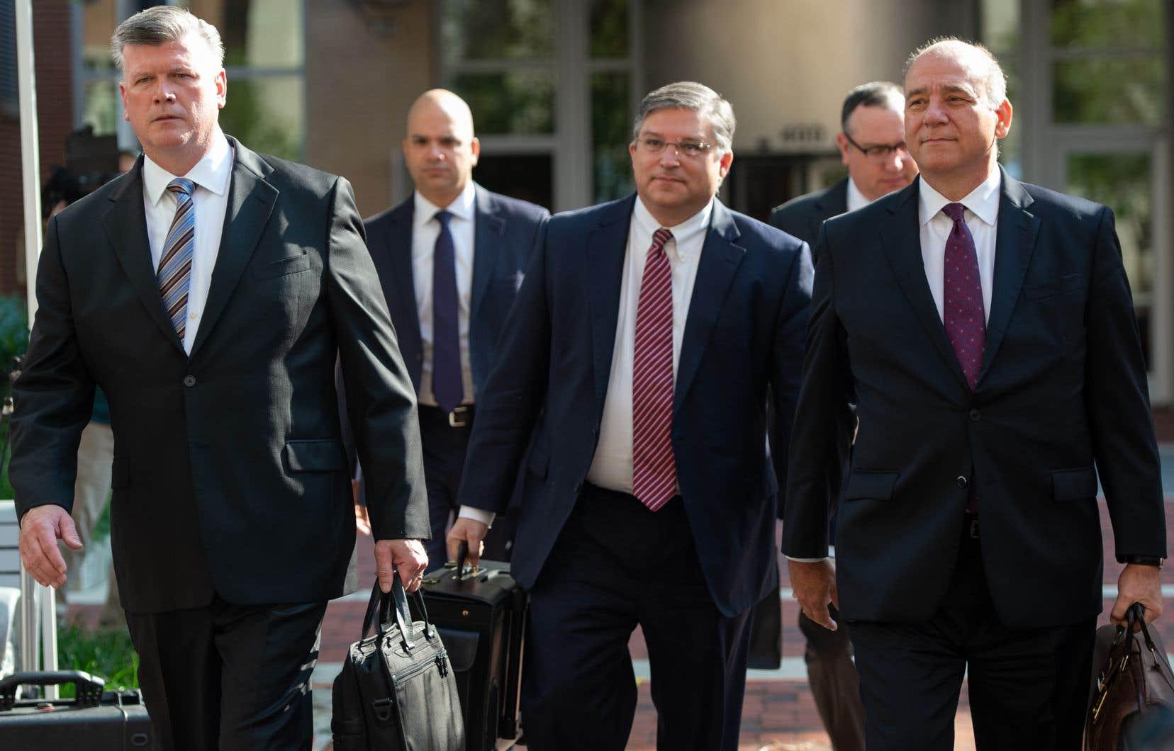 <p>Les avocats de la défense de l'ancien directeur de campagne de Trump, Paul Manafort, lors de leur arrivée au palais de justice américain Albert V. Bryan à Alexandria, en Virginie, le 15août 2018.</p>