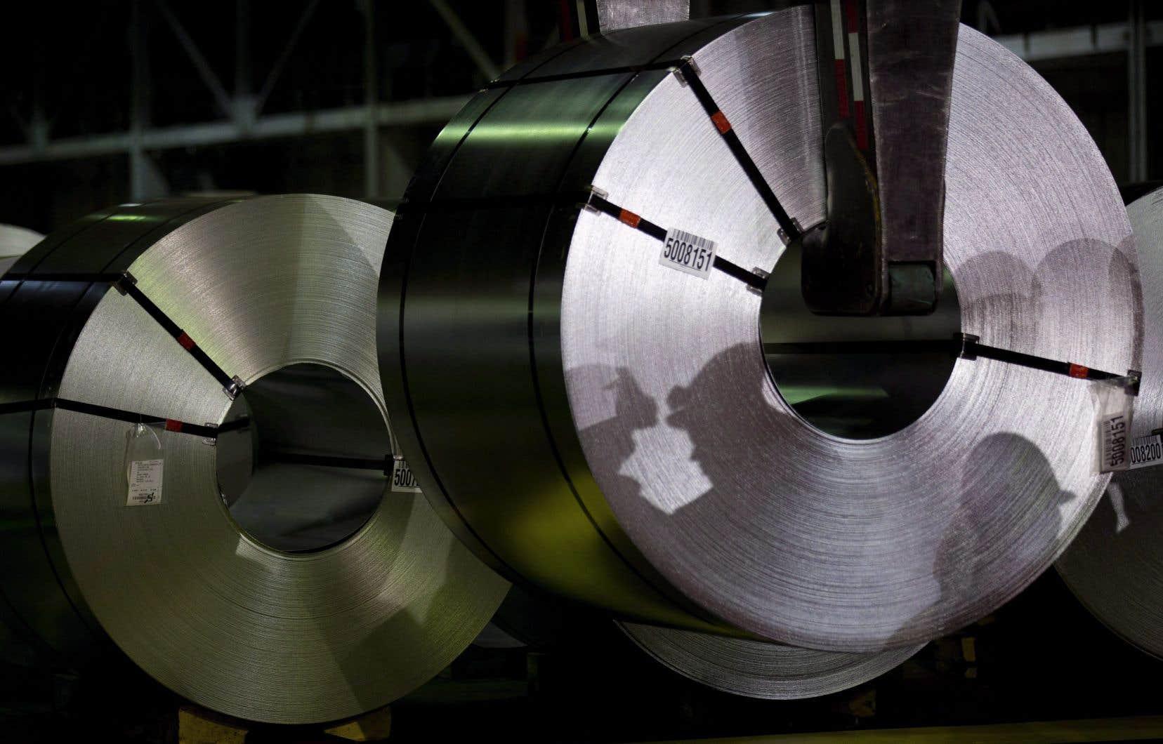 Le gouvernement Couillard a annoncé son plan visant à aider les entreprises québécoises touchées par l'imposition des tarifs douaniers américains dans les secteurs de l'acier et de l'aluminium.