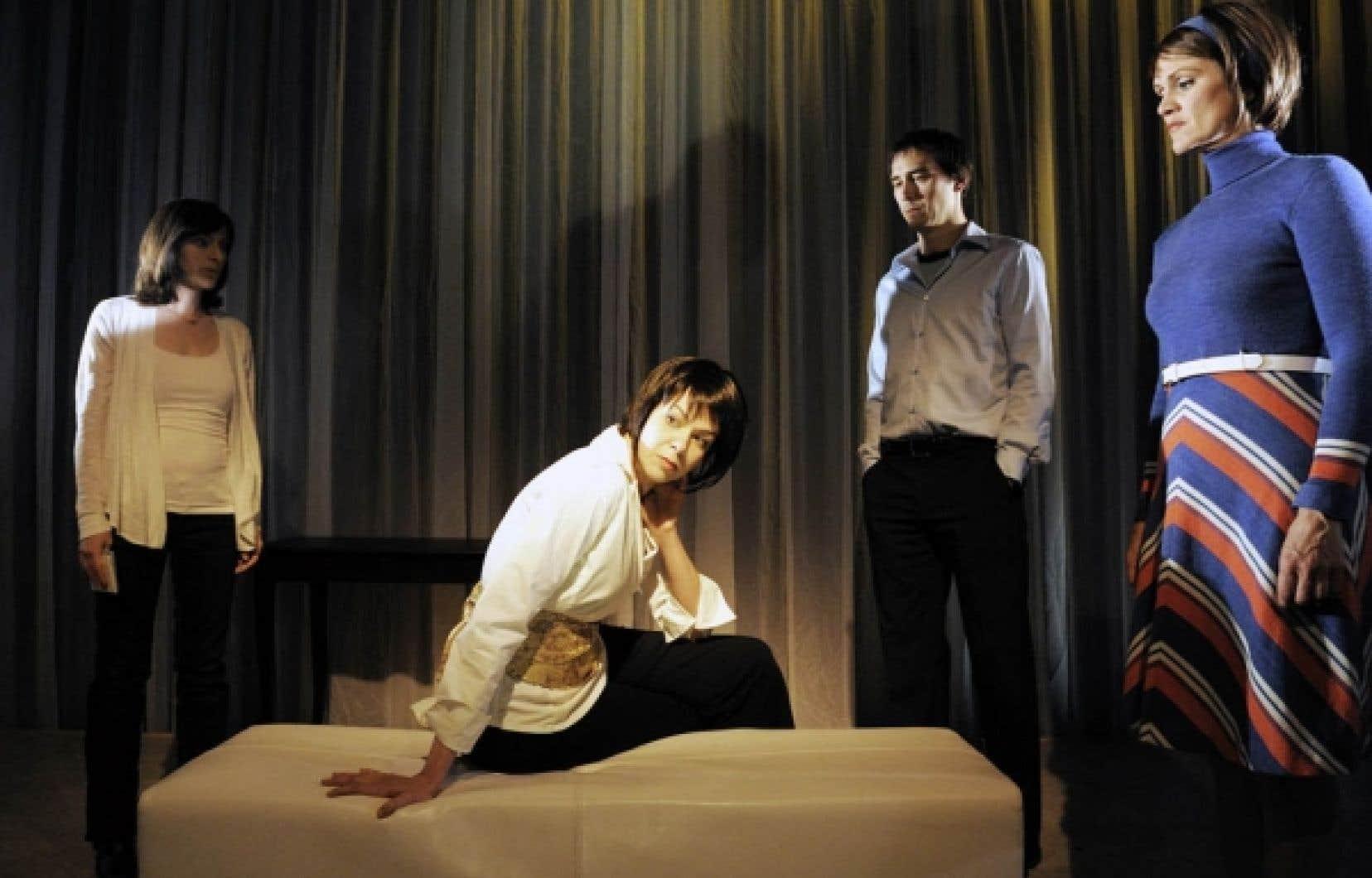 Johanne Haberlin, Steve Laplante, Alexia Bürger et Josée Deschênes dans une scène de la pièce Enquête sur le pire.