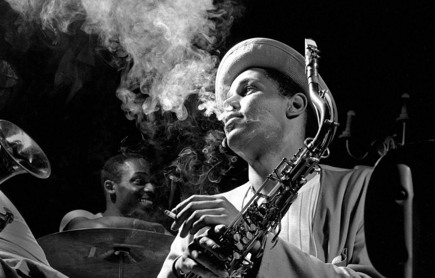 Le saxophoniste Dexter Gordon enveloppé par la fumée de sa cigarette, photographié par Herman Leonard au Royal Roost, à New York, en 1948