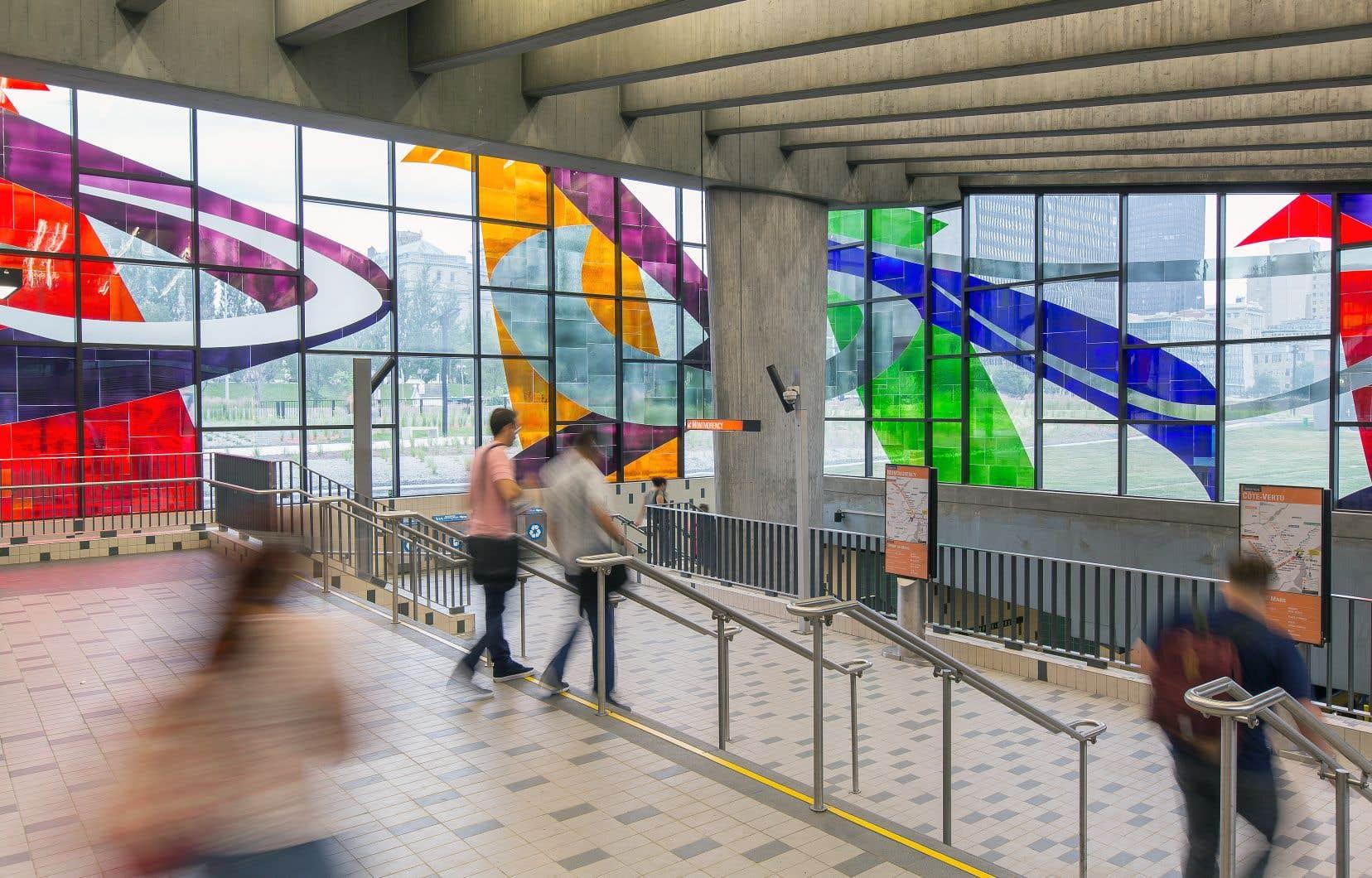Verrière de Marcelle Ferron installée, en 1968, à la station Champ-de-Mars