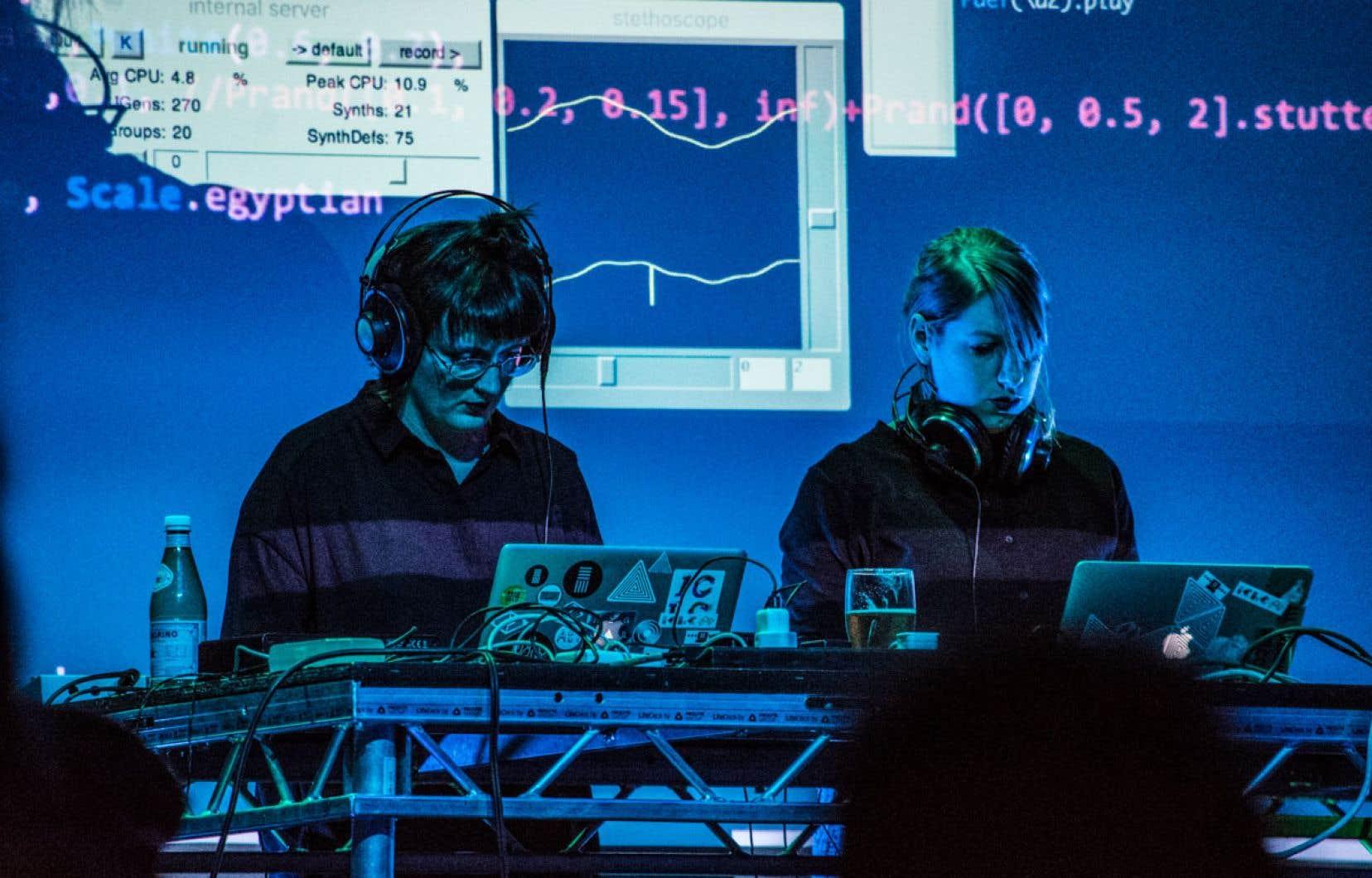 Le duo AlgoBabez en pleine action de «live coding»