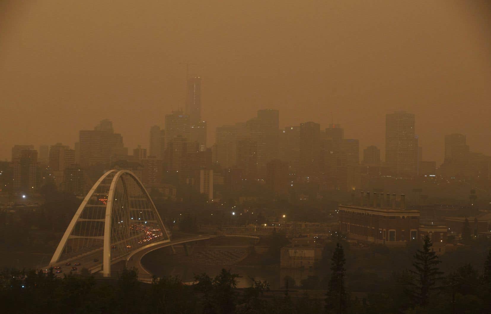 Les feux de forêt qui font rage en Colombie-Britannique nuisent à la qualité de l'air en Alberta et pourraient nuire à la santé des résidents également.