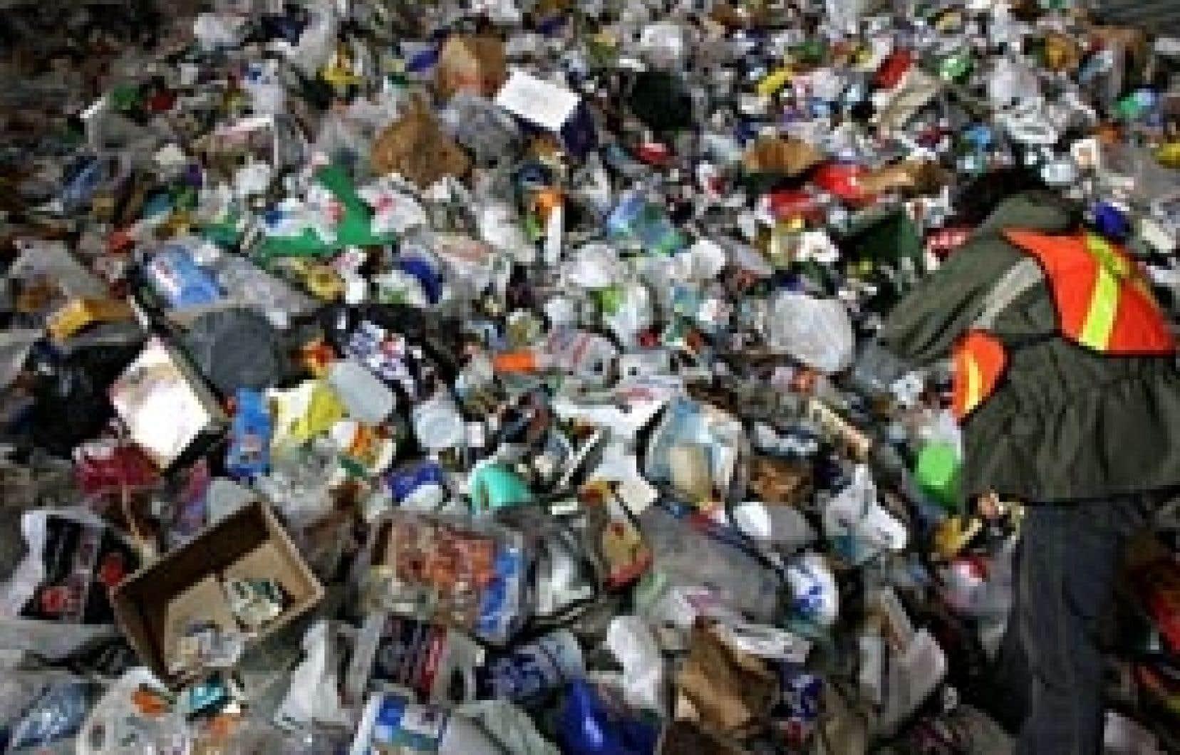 Le centre de récupération des matières recyclables de Montréal. Pour les écologistes, postuler qu'une fois atteint le taux de 60 % des matières recyclables, tout le reste n'a plus qu'à être envoyé à la destruction finale est une erreur.