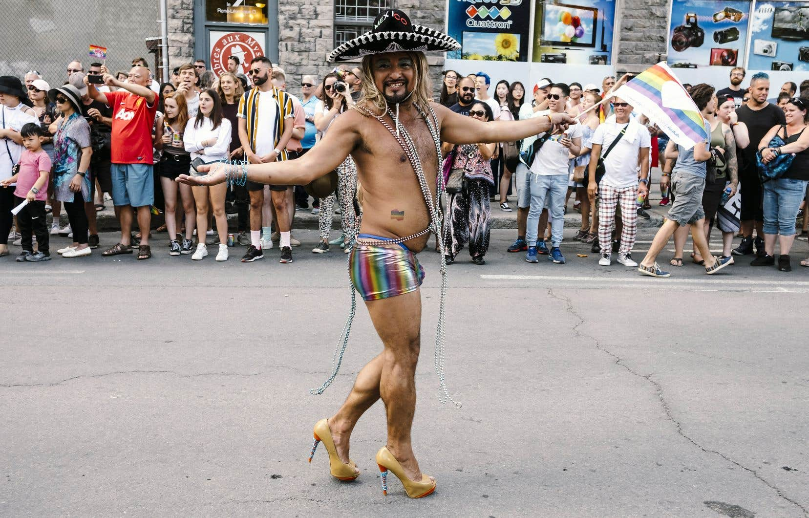Comme à chaque année, le défilé de Fierté Montréal a été l'occasion pour la communauté LGBTQ de montrer les différentes facettes qui la composent, dans l'extravagance et la bonne humeur.