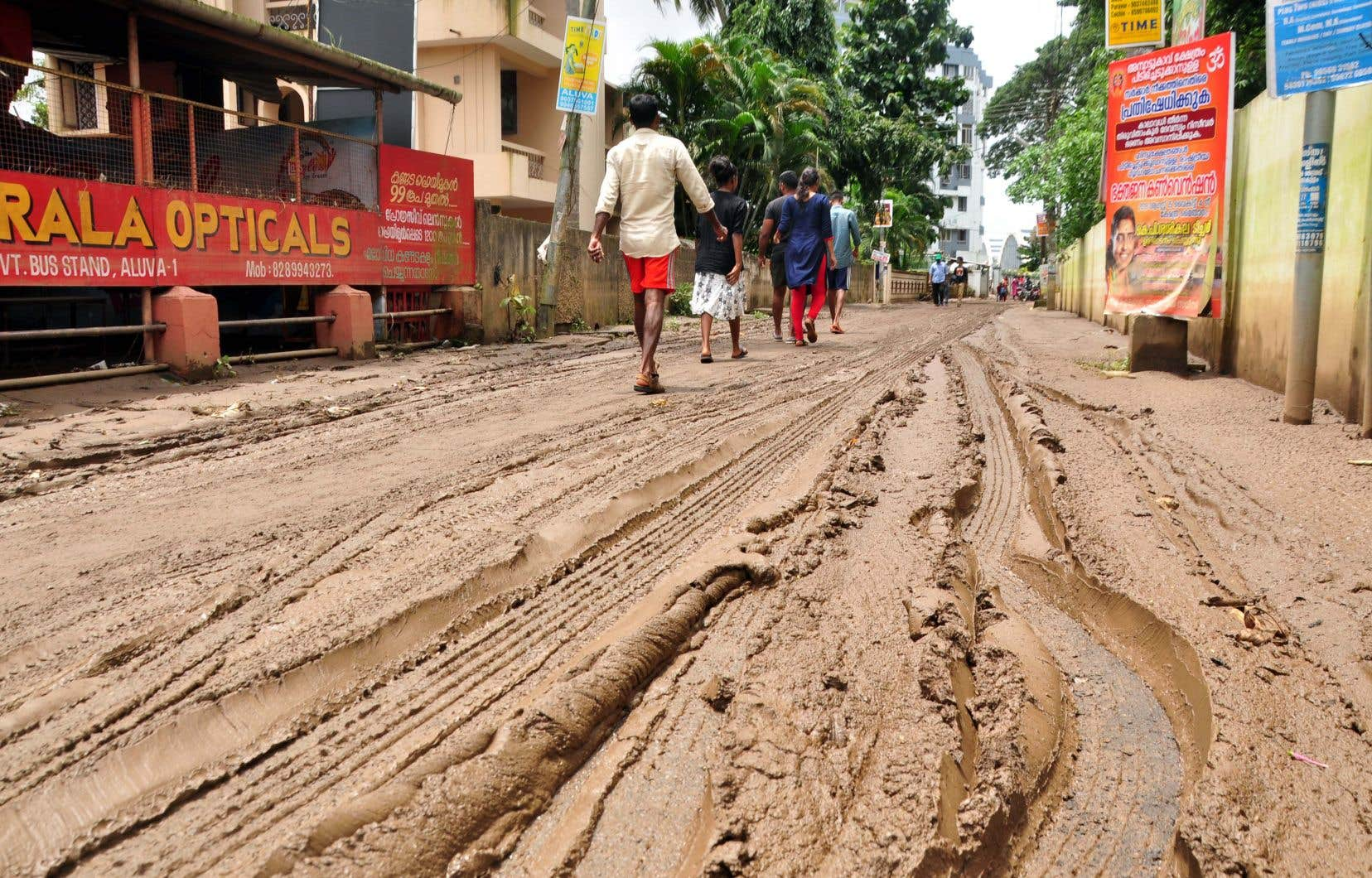 Après une semaine de précipitations torrentielles, les pluies ont faibli lundi et le niveau des eaux a baissé dans de nombreux districts du Kerala.