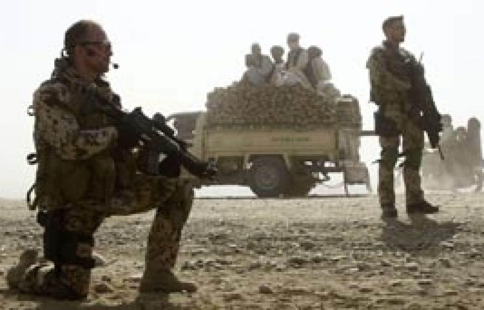 Des soldats allemands suveillaient hier un point de contrôle à Kunduz