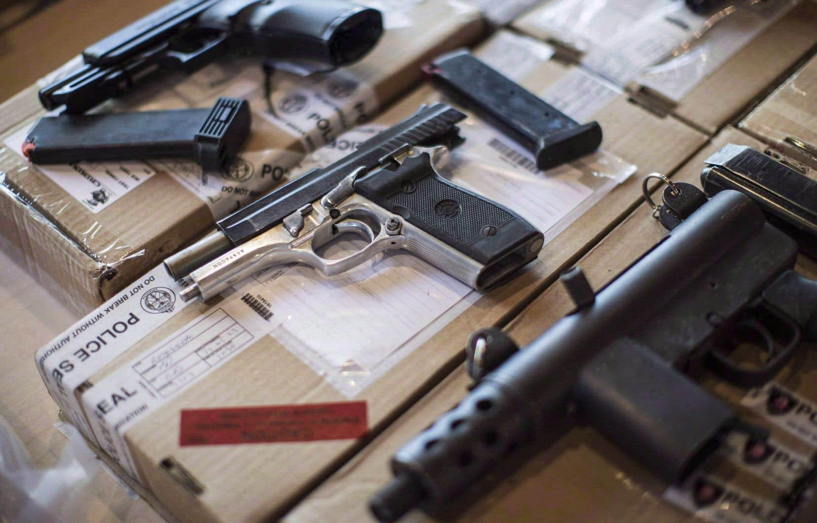 La résolution montréalaise demande le renforcement du projet de loi C-71 déposé aux Communes parce qu'il «est temps d'interdire la possession privée des armes de poing et des armes d'assaut de style militaire».