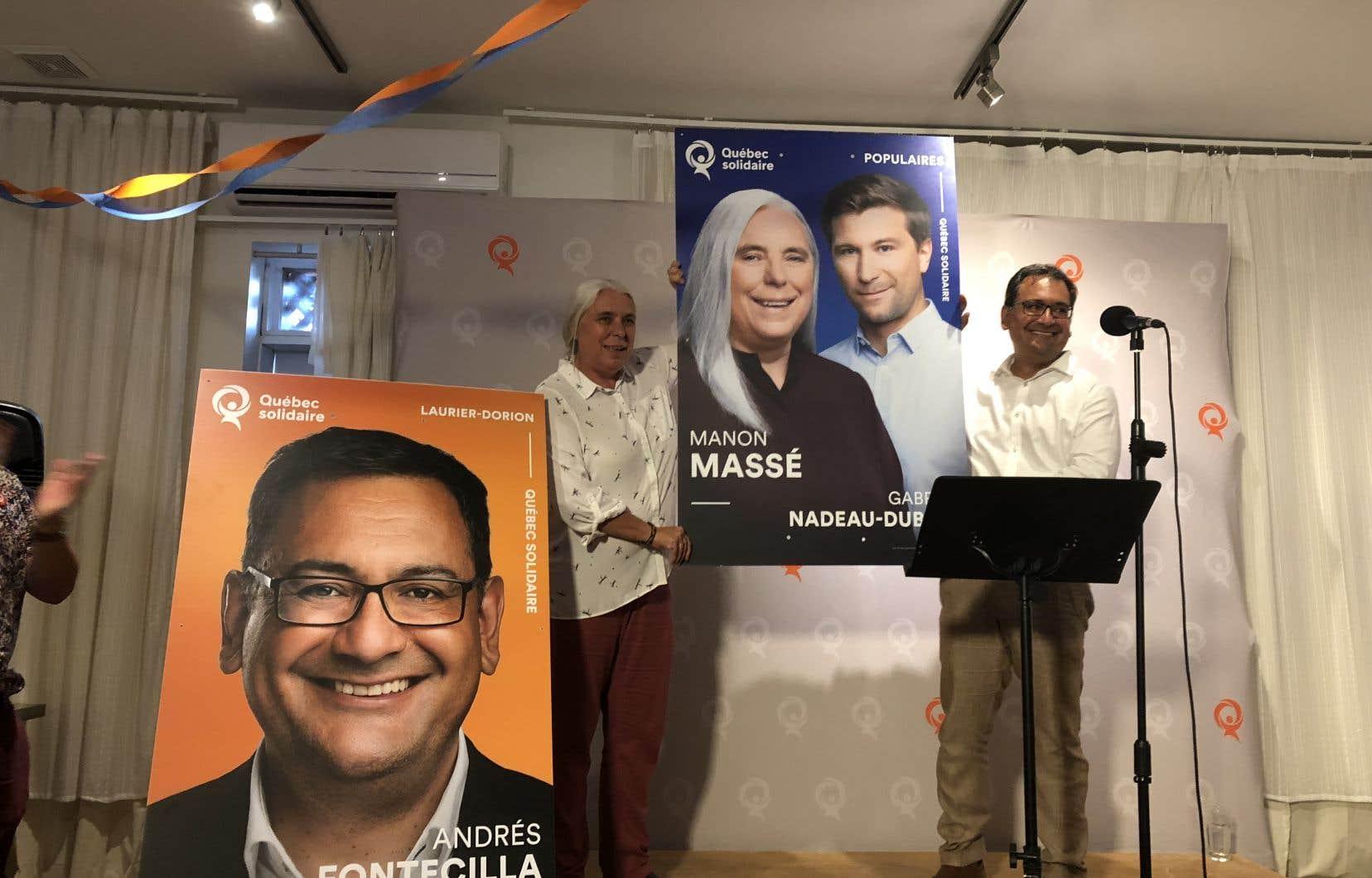 Les candidats solidaires Manon Massé et Andrés Fontecilla présentent les pancartes électorales du parti, arborant son nouveau slogan.
