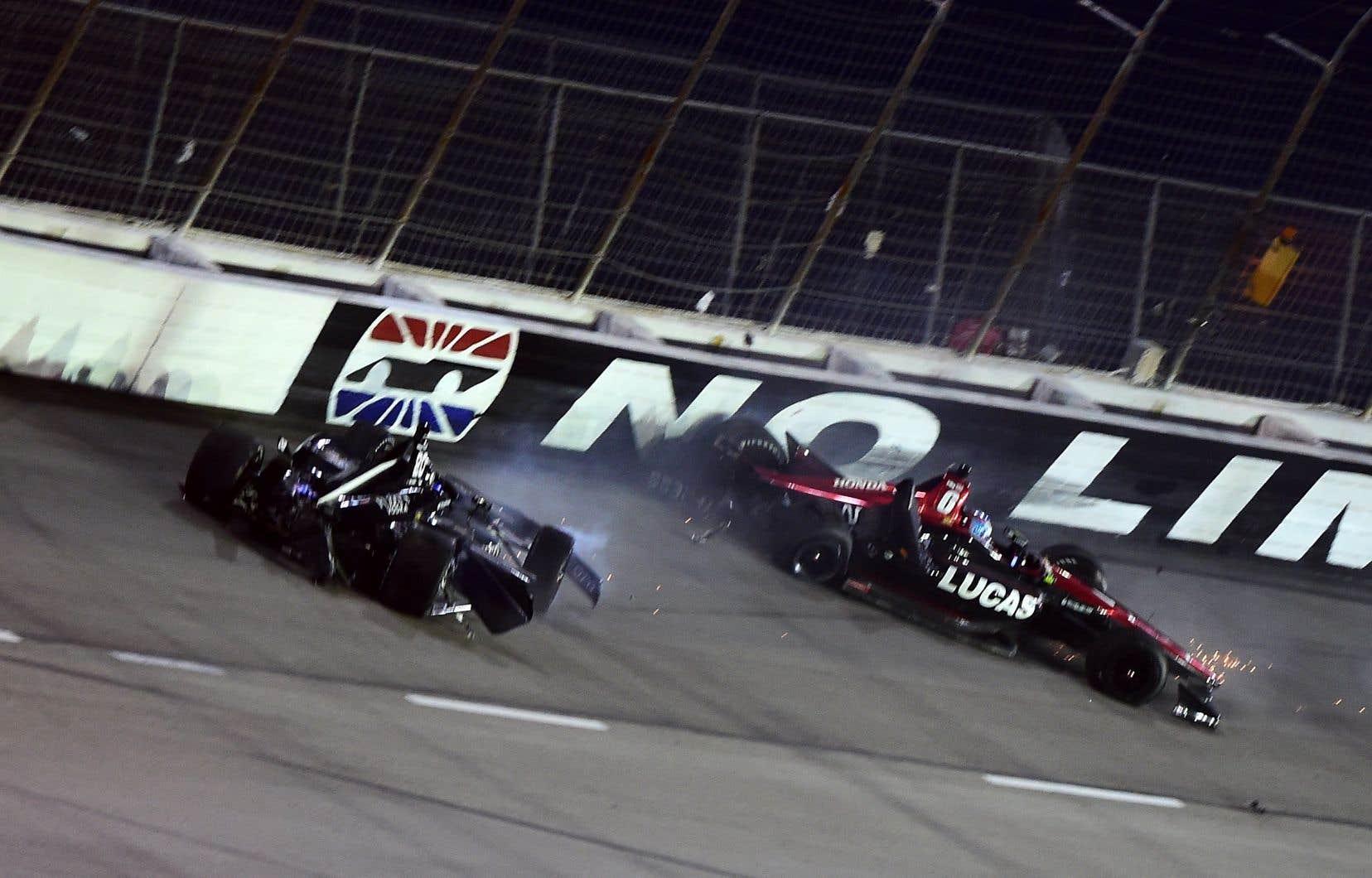 Après le contact entre Wickens et Hunter-Reay dimanche, la voiture de Wickens a quitté la piste et a subi un très violent impact contre la clôture.