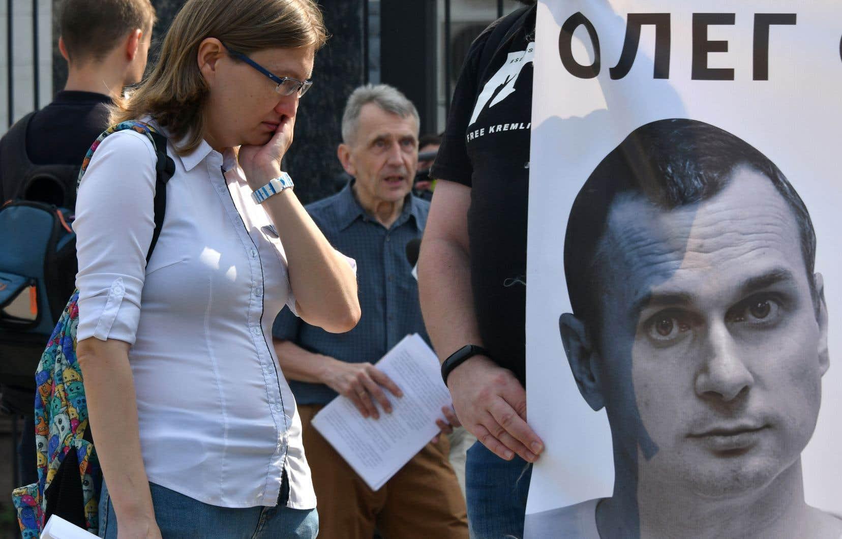 Natalya Kaplan, la cousine du cinéaste ukrainien Oleg Sentsov, manifeste devant l'ambassade de Russie à Kiev.