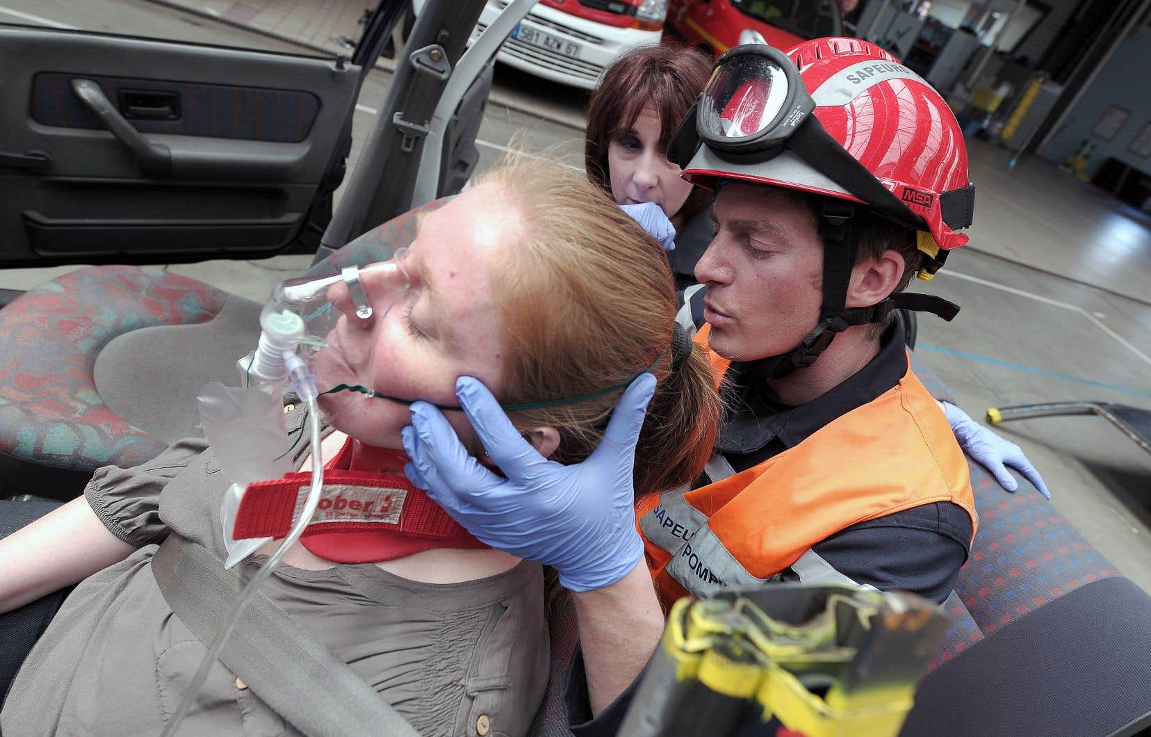 À Haguenau, dans l'est de la France, un pompier hypnotise une «victime» d'accident de la route dans le cadre d'un exercice de désincarcération.