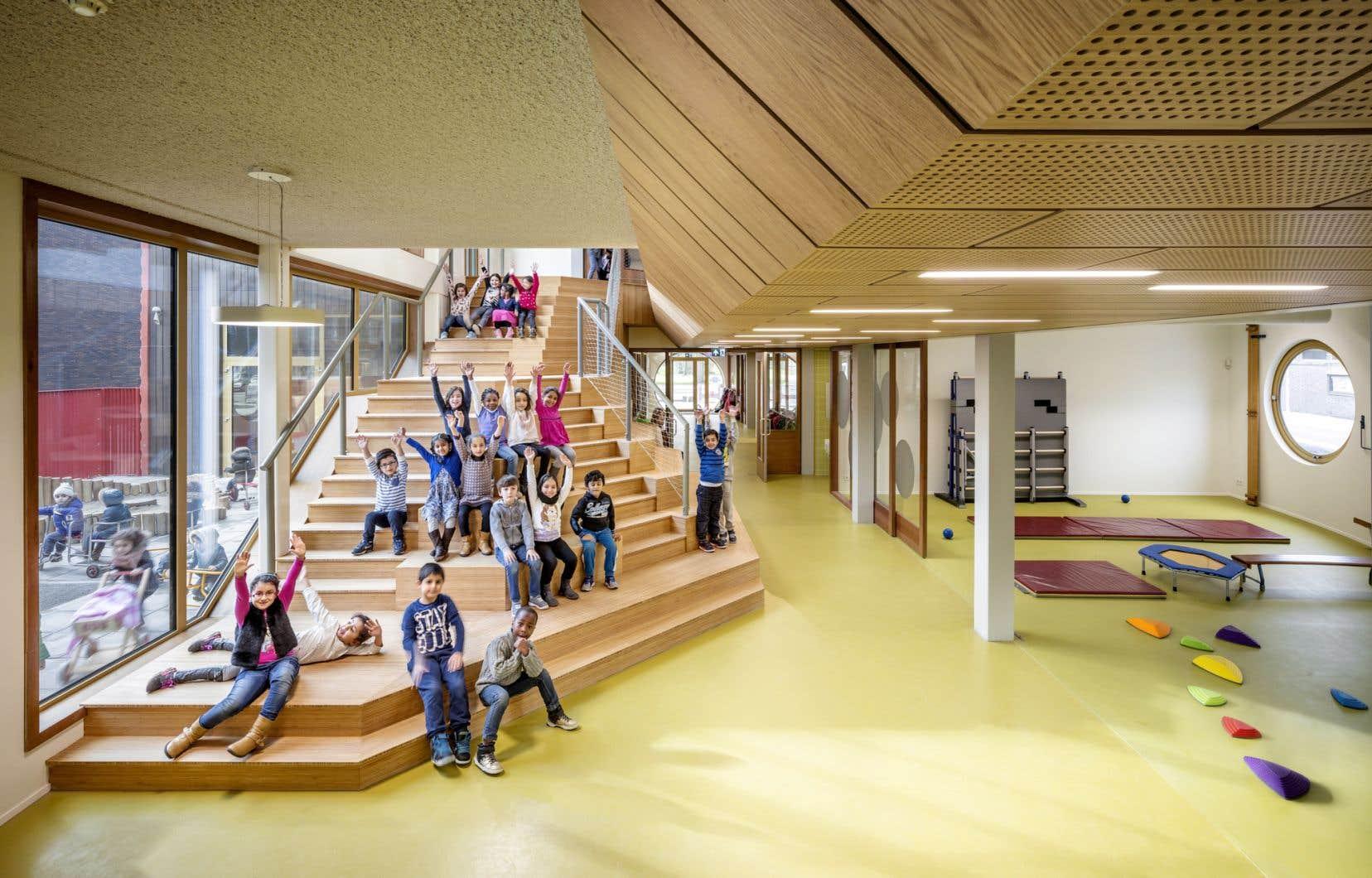 La lumière naturelle ne manque pas dans l'école IKC Zeven Zeeën, à Amsterdam, aux Pays-Bas.