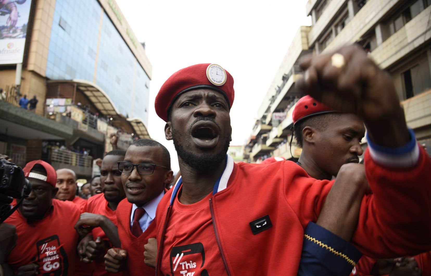 Depuis son élection en 2017, Bobi Wine s'est imposé comme un porte-parole de la jeunesse ougandaise et un détracteur virulent du président Yoweri Museveni.
