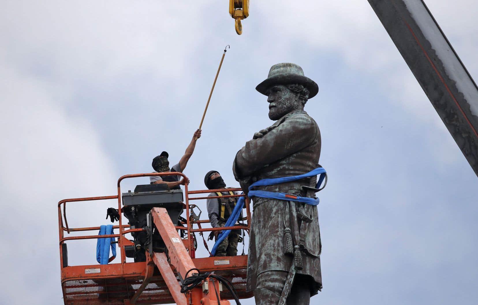 La statue du général Lee a été descendue de son socle le 17mai 2017.