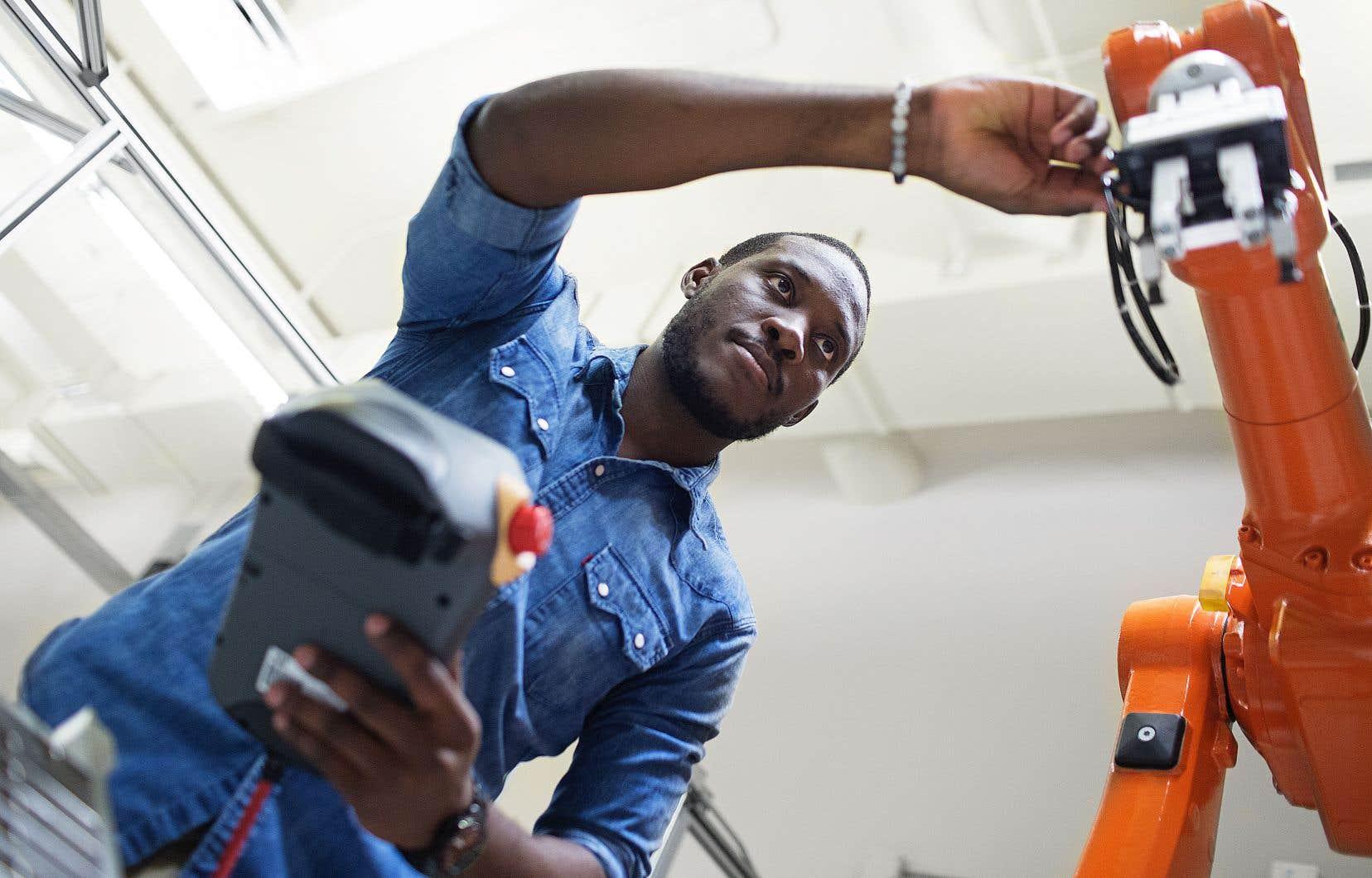 Une façon de favoriser la conciliation travail et études universitaires est l'enseignement coopératif, où alternent périodes d'études et périodes de travail. Par exemple, à l'École de technologie supérieure (ETS), les stages sont obligatoires.