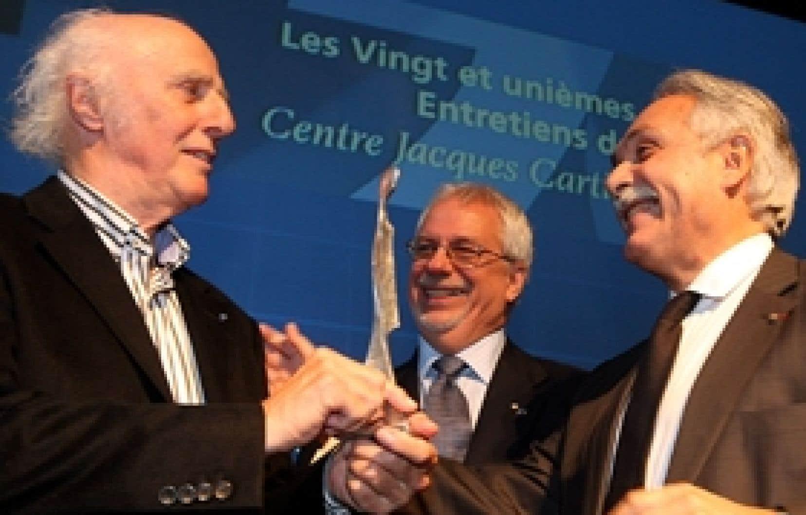 Gilles Vigneault a reçu hier le Prix des arts Jacques-Cartier des mains de Pierre Marc Johnson, président du conseil d'administration des Entretiens Jacques-Cartier, et d'Alain Bideau, instigateur de ces Entretiens et directeur du Centre Jacques Ca