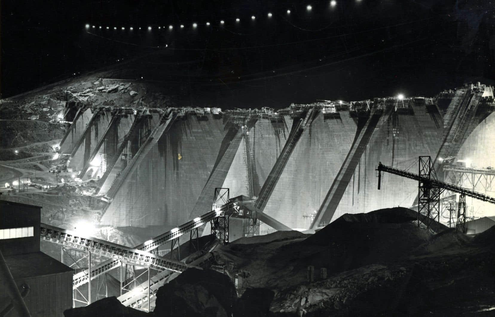 Construction du barrage Daniel-Johnson. Aucun emploi, aucun contrat n'a été offert aux Innus lors de la construction de Manic 5.