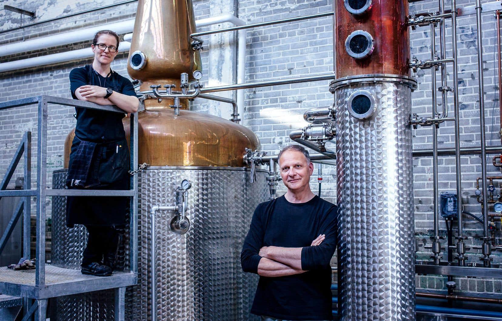 Cirka, située dans un bâtiment industriel de Saint-Henri à Montréal, est en activité depuis 2015. Son fondateur, Paul Cirka, est ici en compagnie d'Isabelle Rochette, distillatrice.