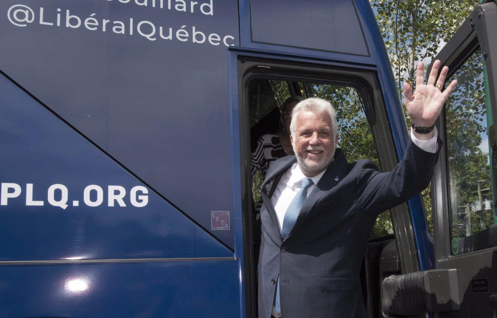 Philippe Couillard promet de «faciliter la vie des gens» s'il est réélu à la tête d'un gouvernement majoritaire.