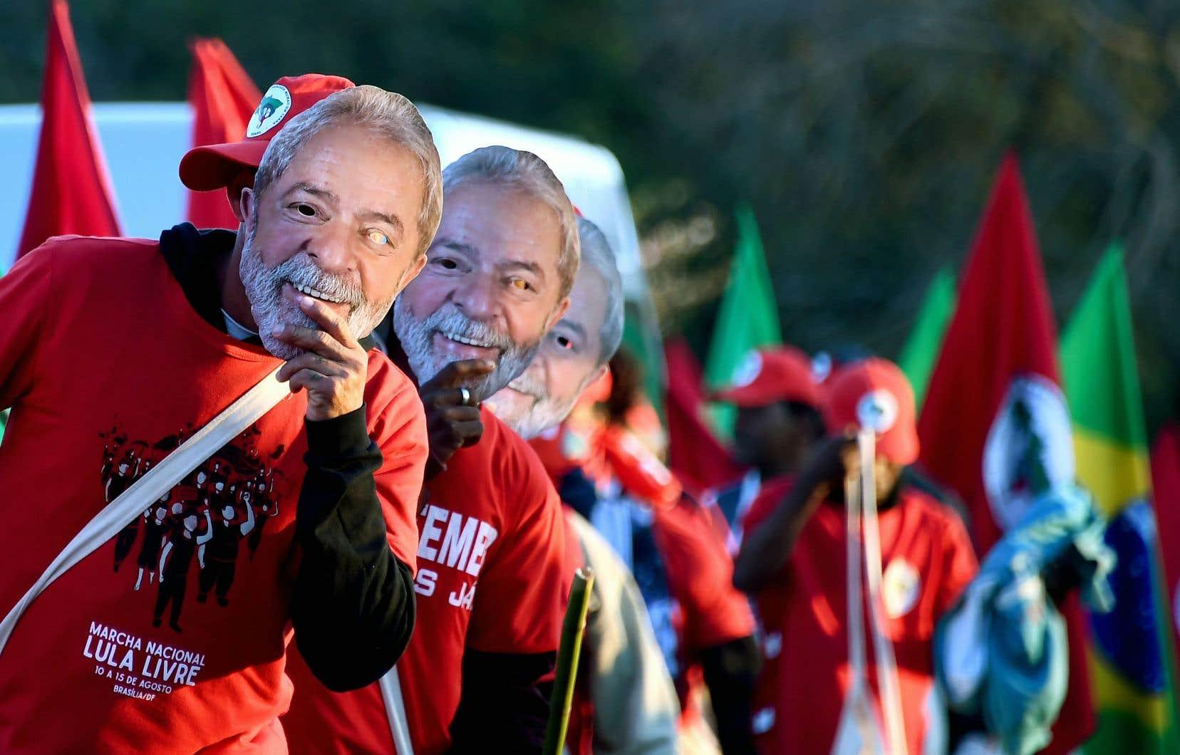 Des membres du Mouvement des sans-terre ont défilé le 14 août près de Brasília avec des masques de Lula pour réclamer la libération de l'ancien président brésilien.