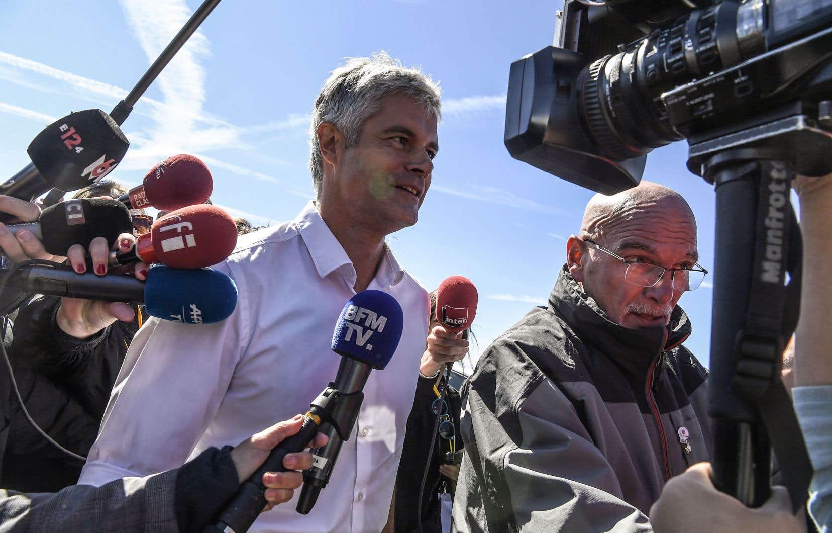 Le président du parti de droite Les Républicains, Laurent Wauquiez, arrive entouré de journalistes avant de prononcer un discours, à Les Estables, dans le centre de la France, le 26 août 2018.