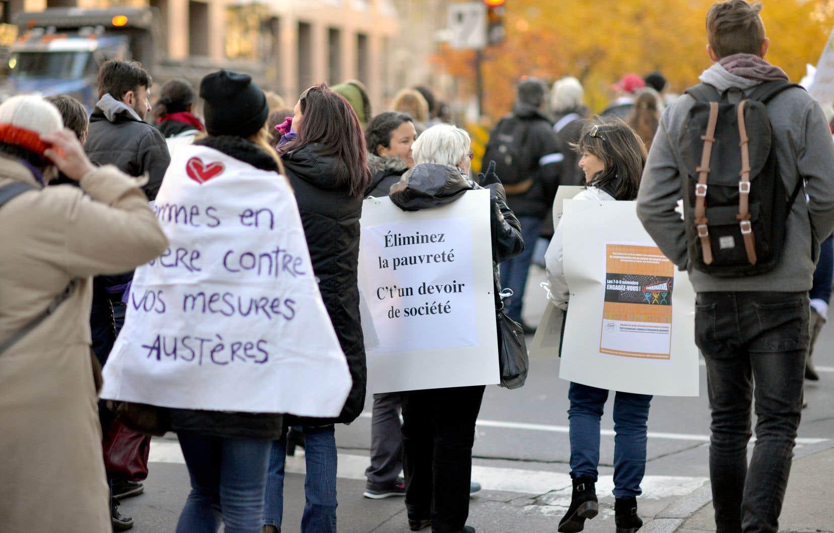 Manifestation à Montréal, en 2016, réclamant de meilleures politiques pour contrer la pauvreté et dénonçant les mesures d'austérité du gouvernement Couillard
