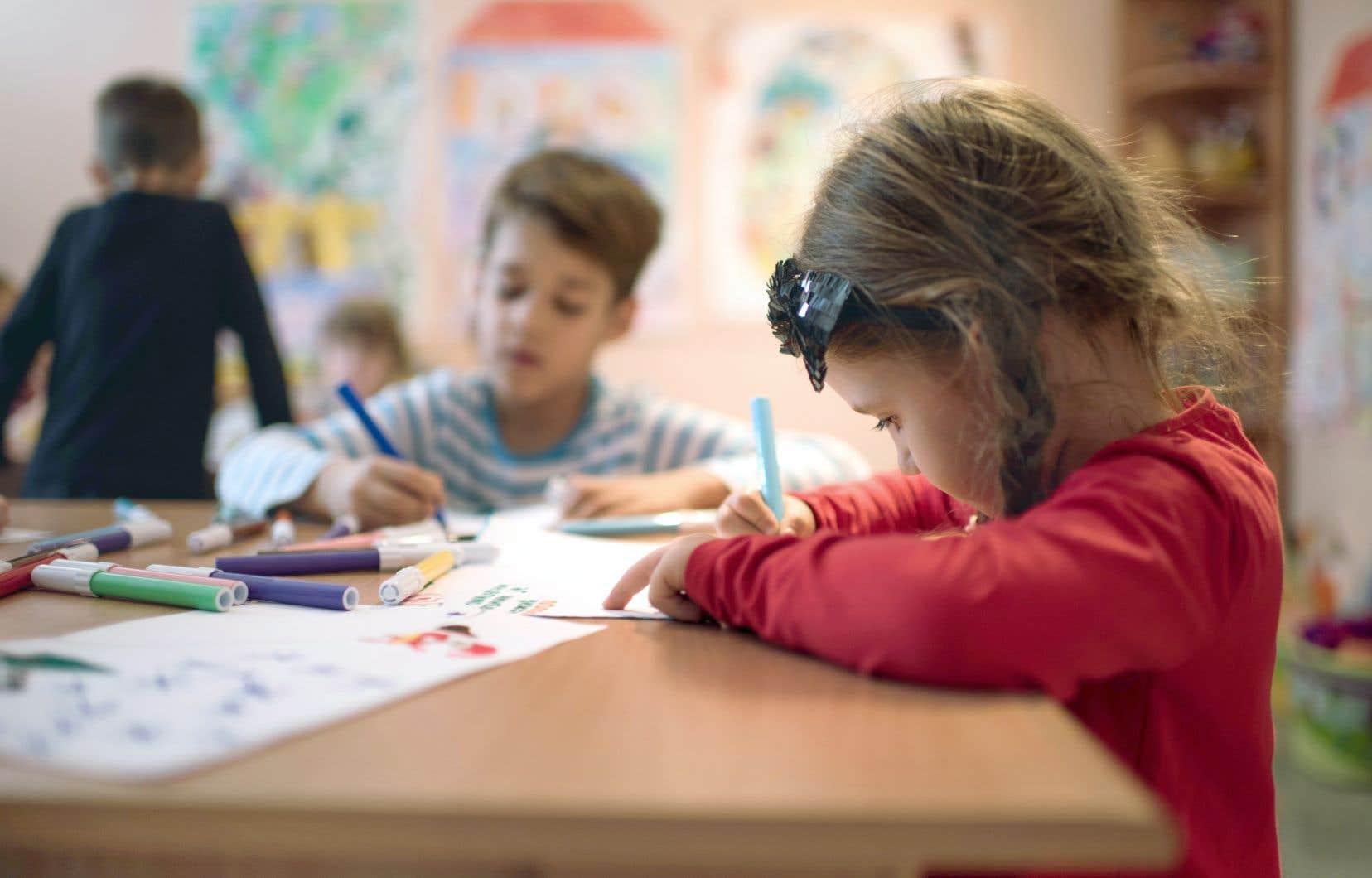 Les services de garde éducatifs à l'enfance seront gratuits pour les enfants âgés de quatre ans, a aussi promis M.Couillard en marge de la rentrée scolaire 2018-2019.